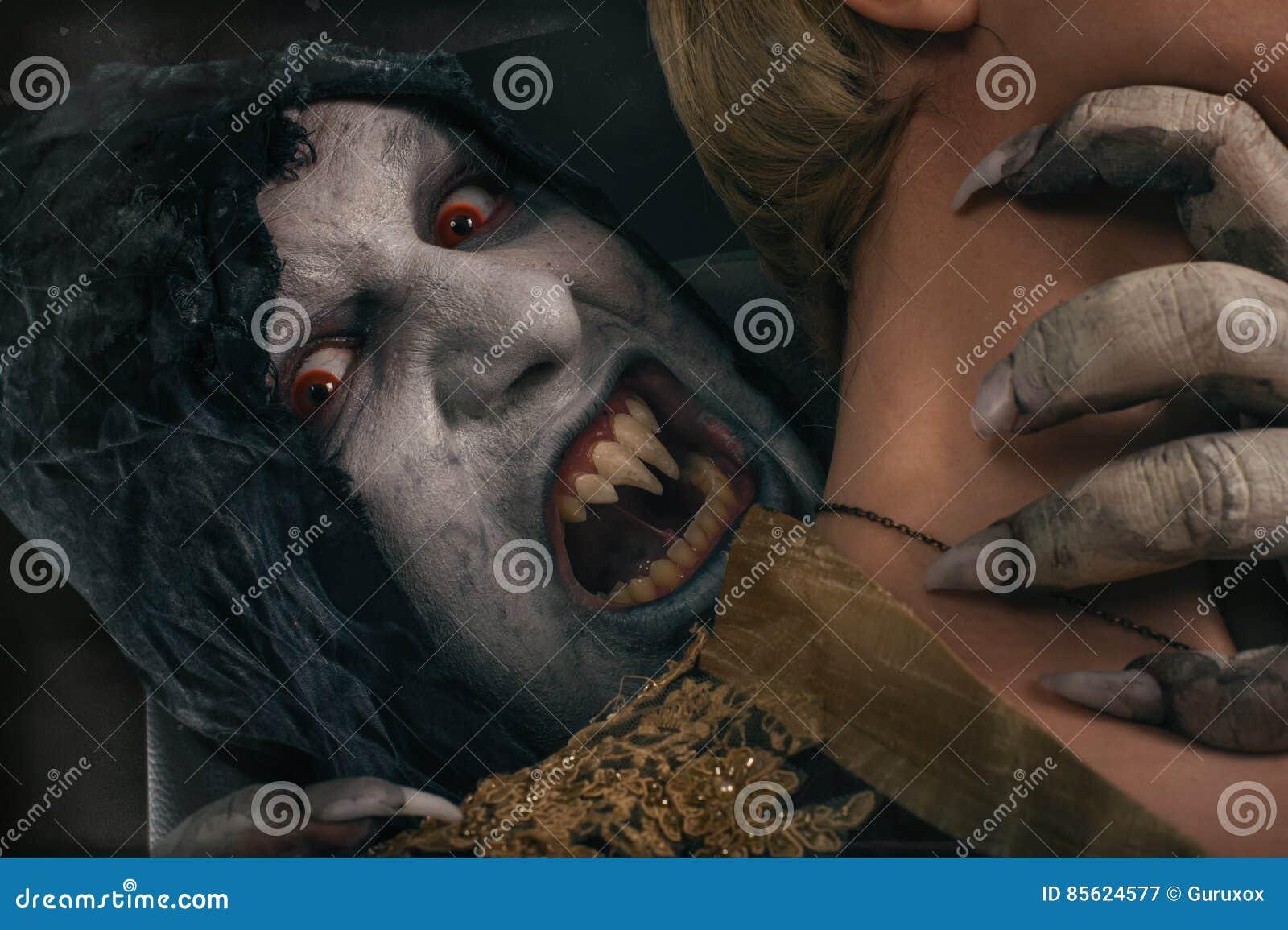 Τρομακτικός διάβολος βαμπίρ που δαγκώνει τη νέα γυναίκα Μεσαιωνικός γοτθικός nightmar