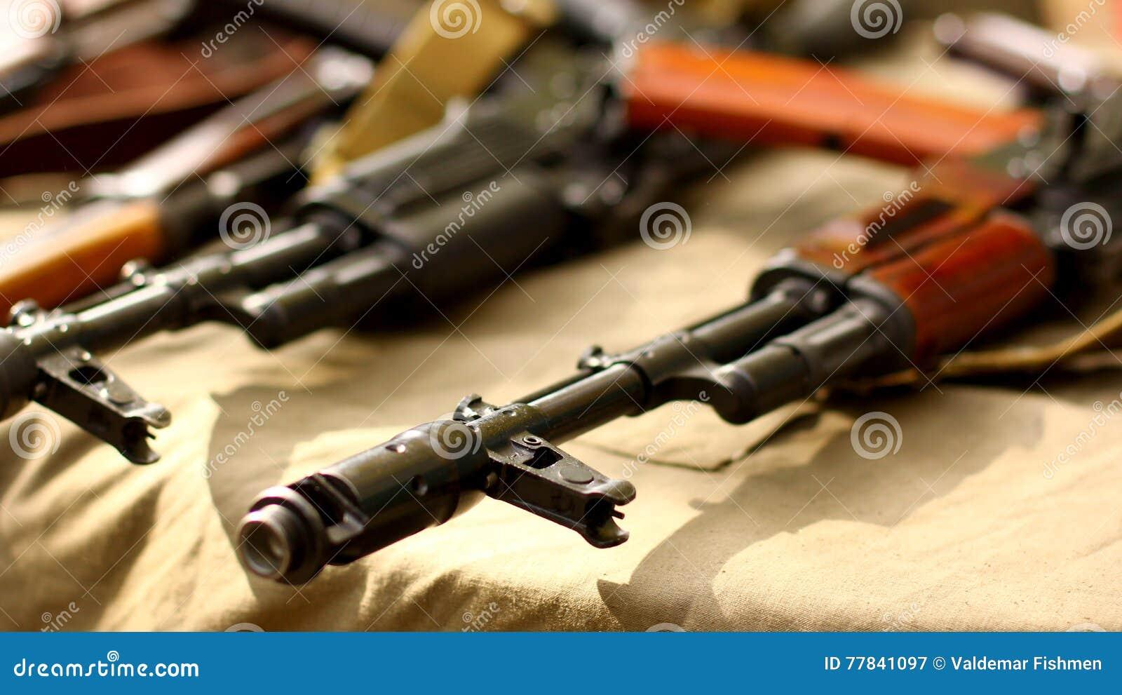 Τρομοκρατικών όπλων στρατιωτικό backgroundAK-47 τουφέκι πυροβόλων όπλων καλάζνικοφ ρωσικό αυτόματο