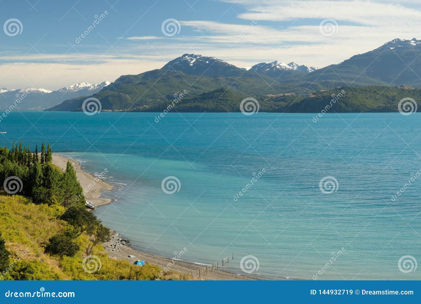 Τροπική μπλε λίμνη στρατηγός Carrera, Χιλή με τα βουνά τοπίων και τη σκηνή