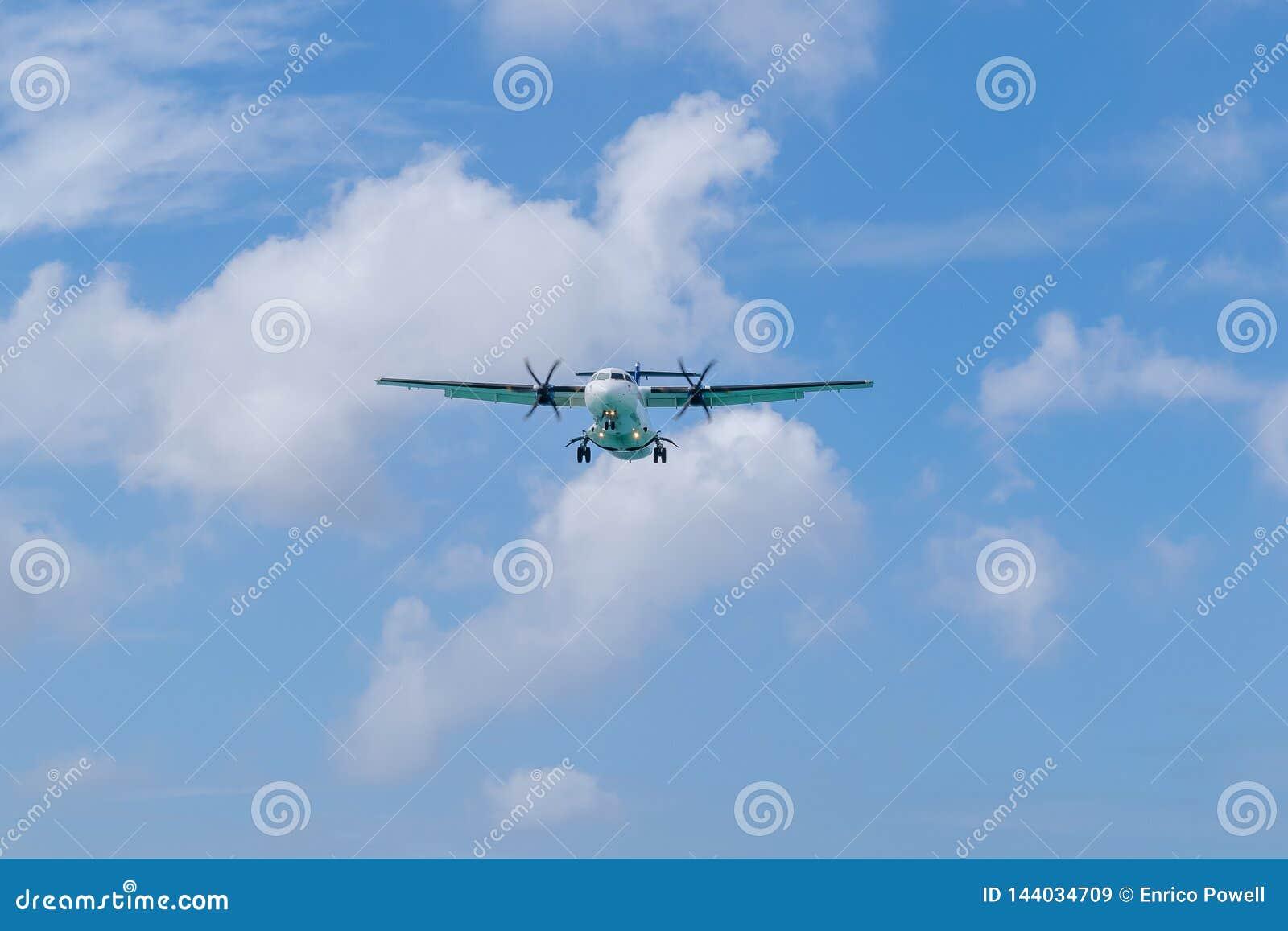 Τροφοδοτημένα Turboprop αεροσκάφη με τις ρόδες που προετοιμάζονται κάτω να προσγειωθεί