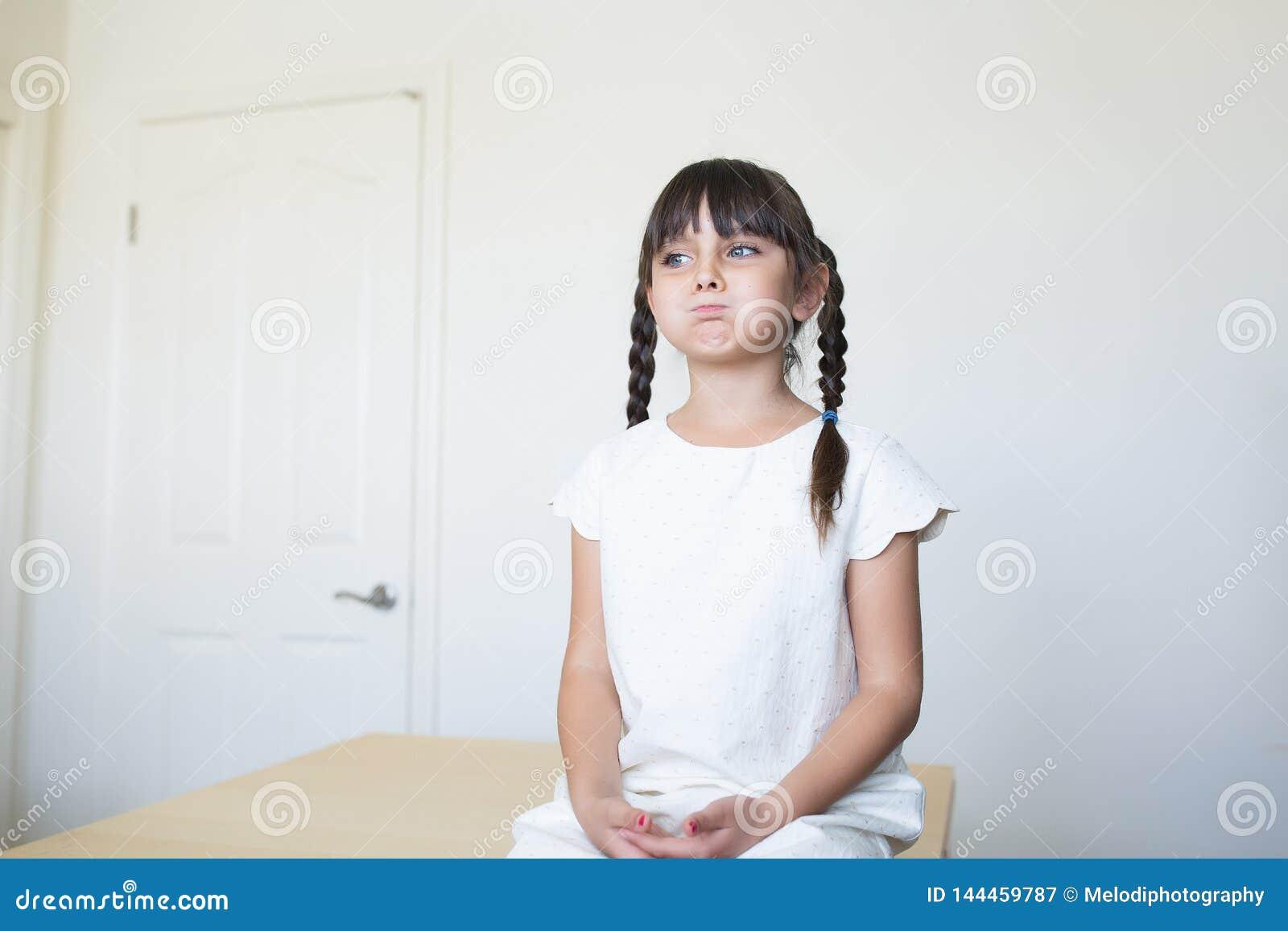 Τρυπημένο κορίτσι με μια έκφραση του προσώπου