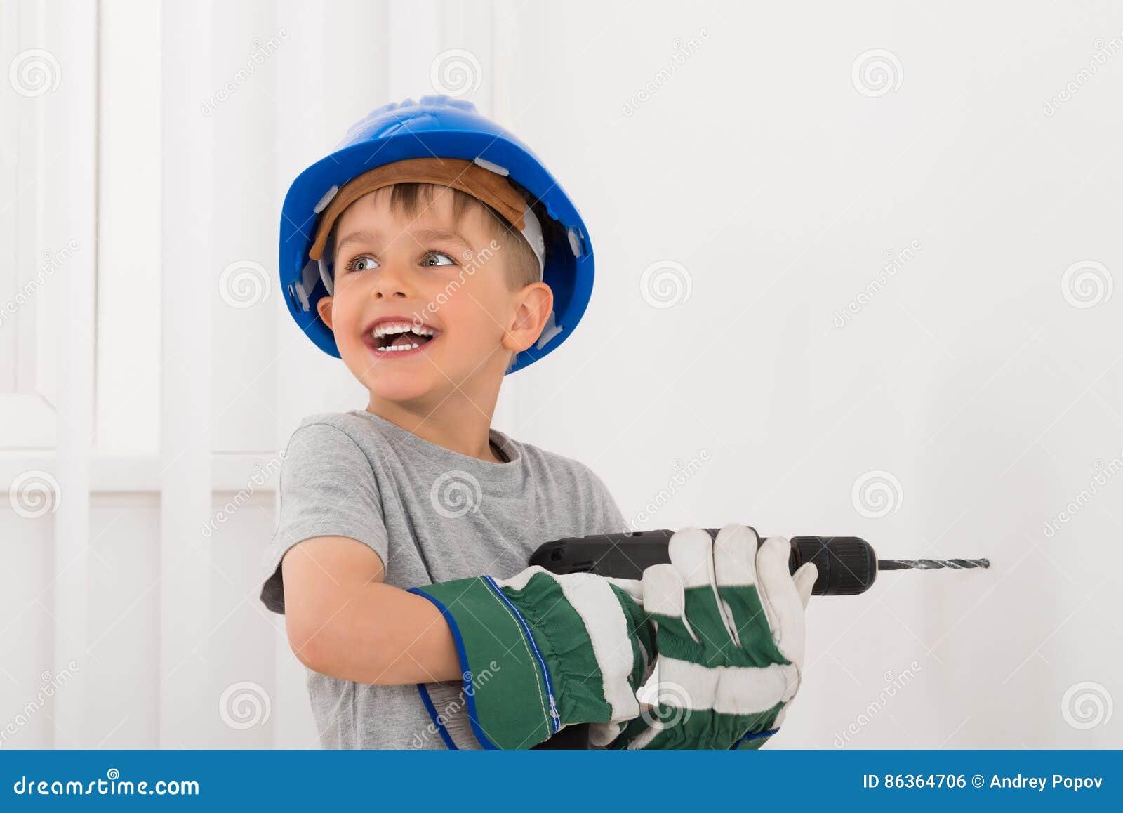 Τρυπώντας με τρυπάνι τοίχος μικρών παιδιών