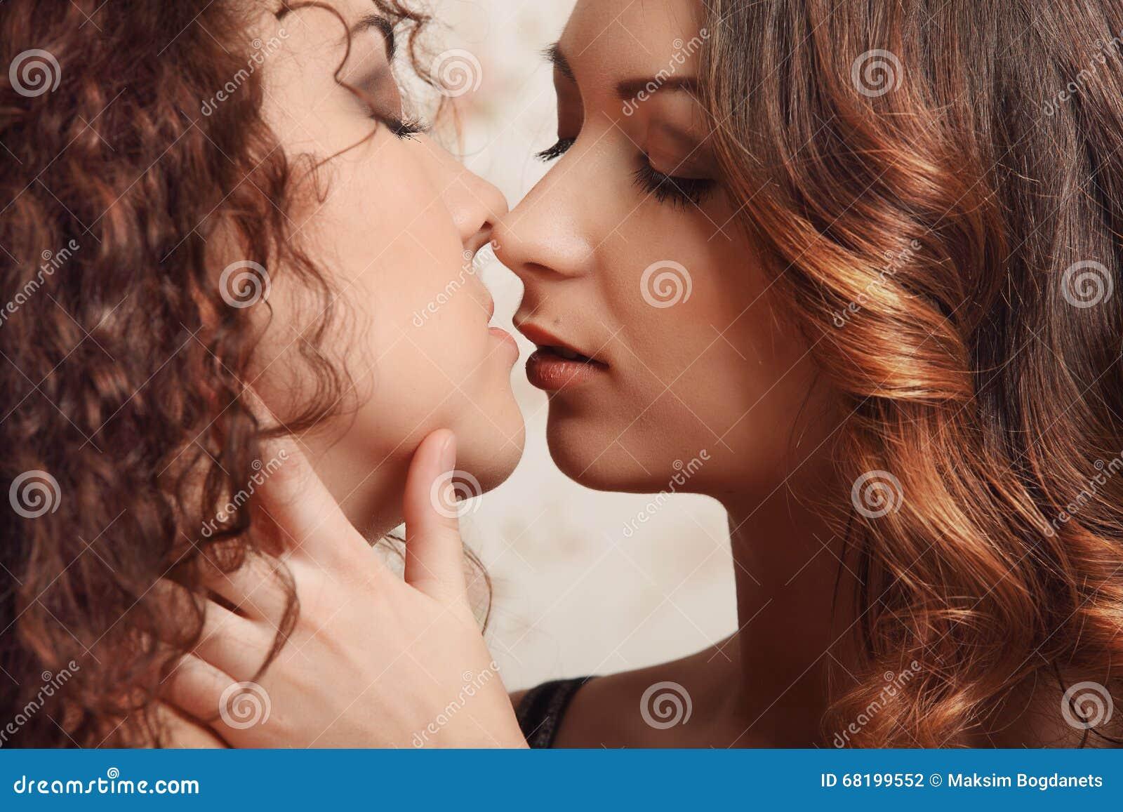 Μαύροι λεσβίες φιλιά ο ένας στον άλλο