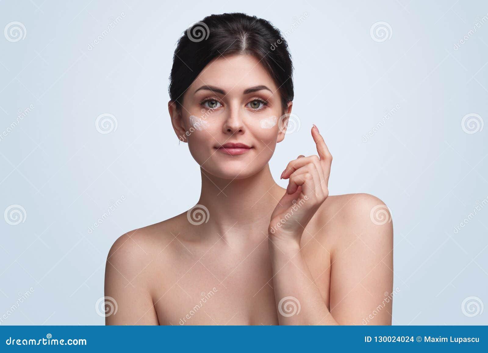 Τρυφερό brunette με την κρέμα στο πρόσωπο