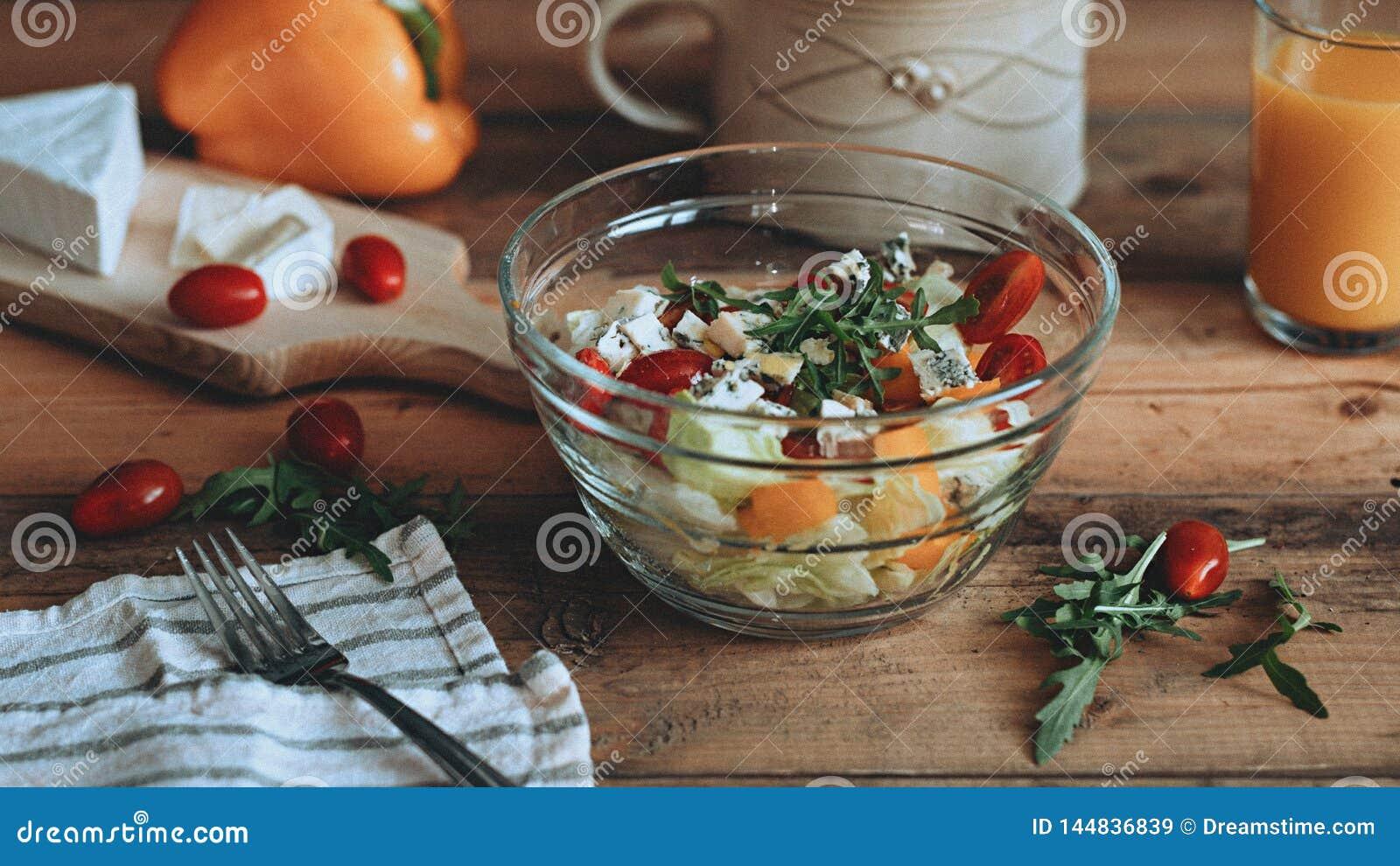 Τρόφιμα που ορίζουν τη φρέσκια σαλάτα με τα λαχανικά στις ξύλινες σανί