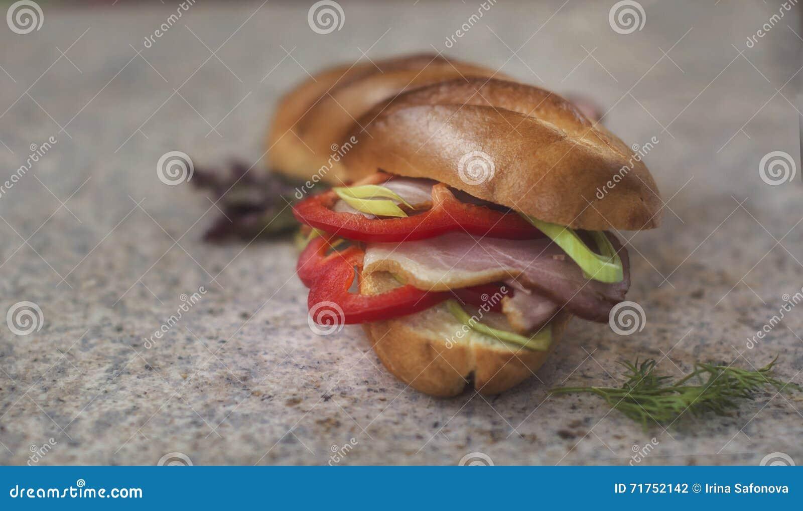 Τρόφιμα - σάντουιτς με τα πιπέρια, το ζαμπόν και τα πράσα κουδουνιών