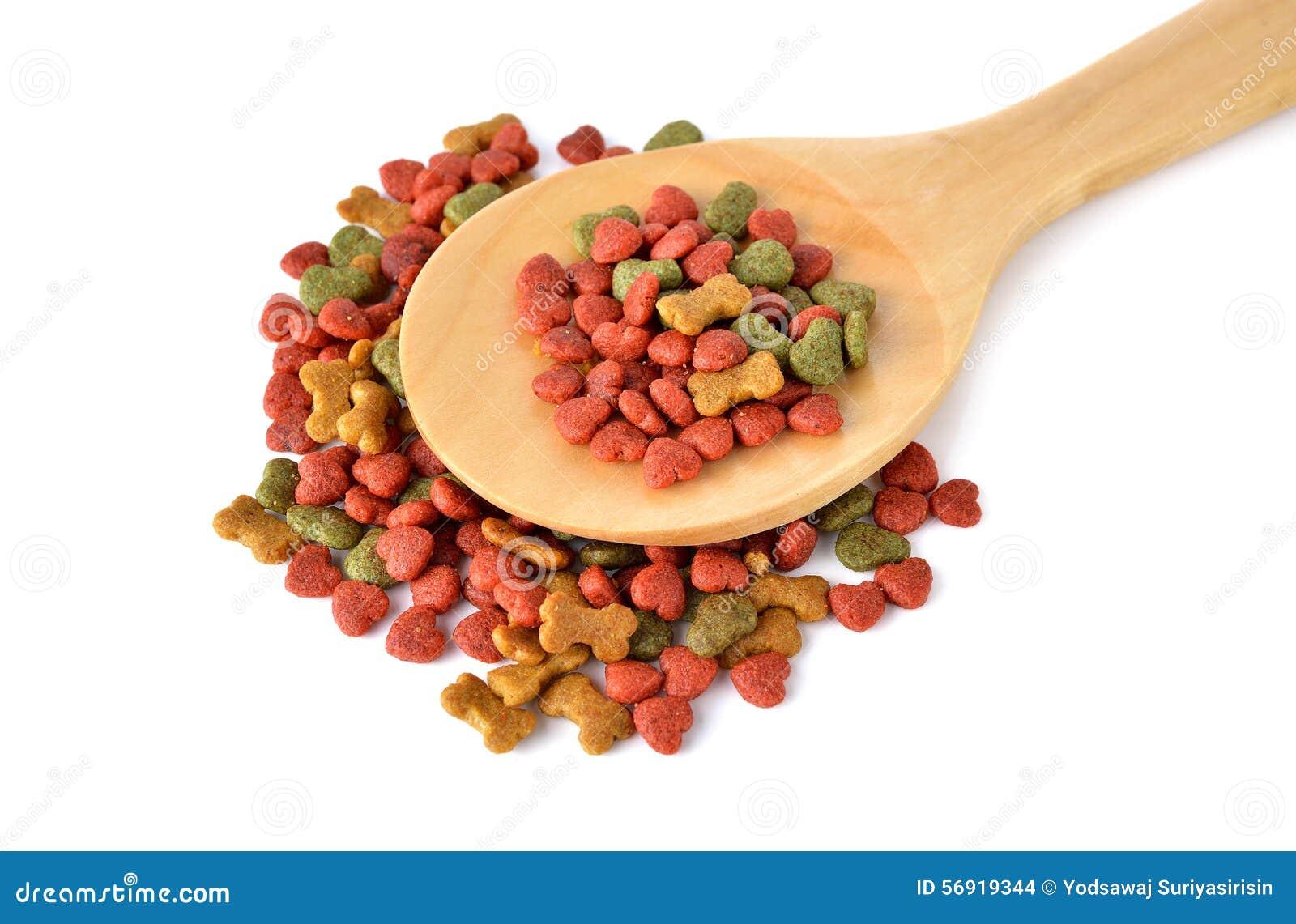 Τρόφιμα της Pet με το ξύλινο κουτάλι στο λευκό