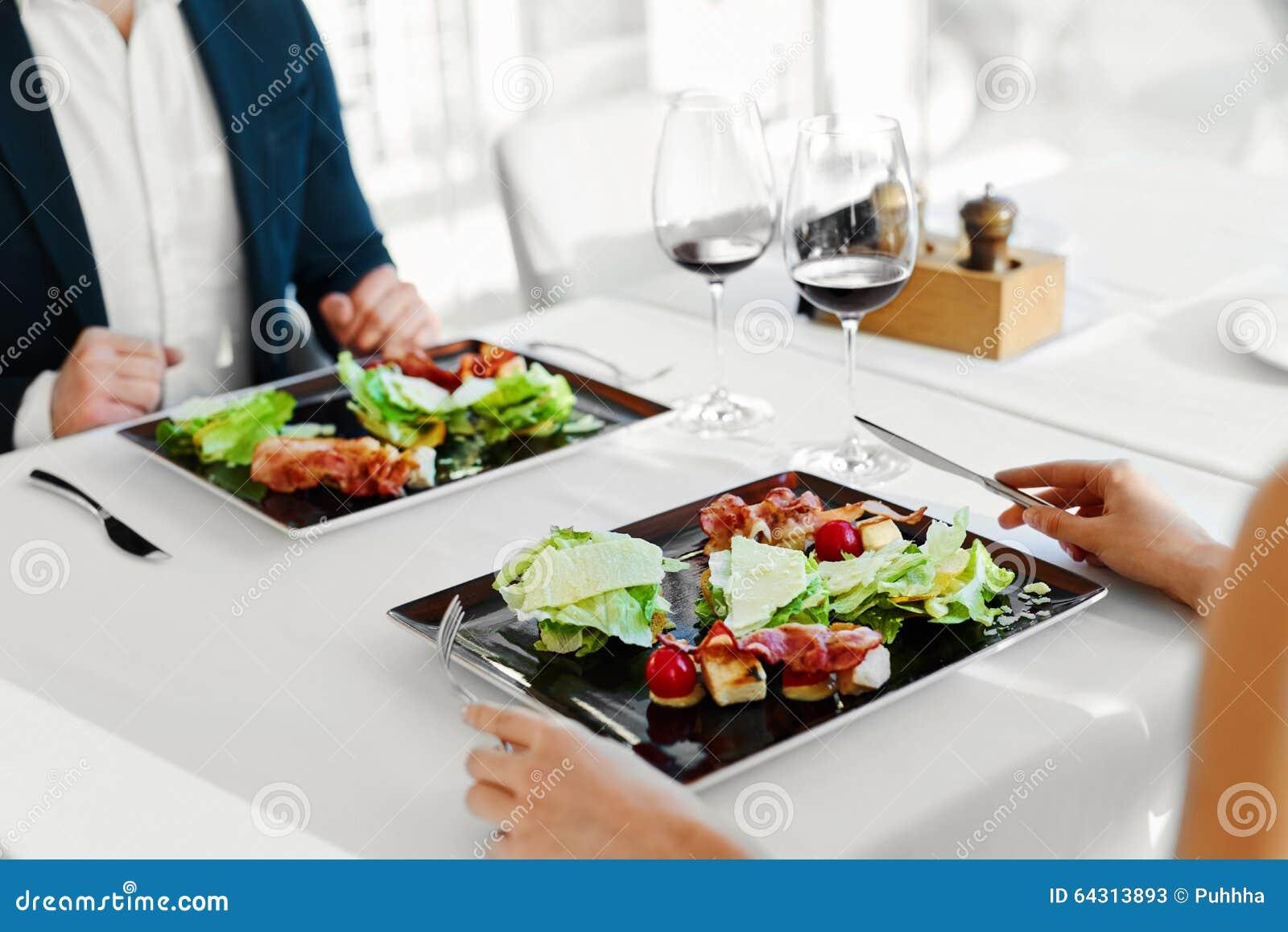 τρόφιμα υγιή Ζεύγος που τρώει τη σαλάτα Caesar για το γεύμα στο εστιατόριο