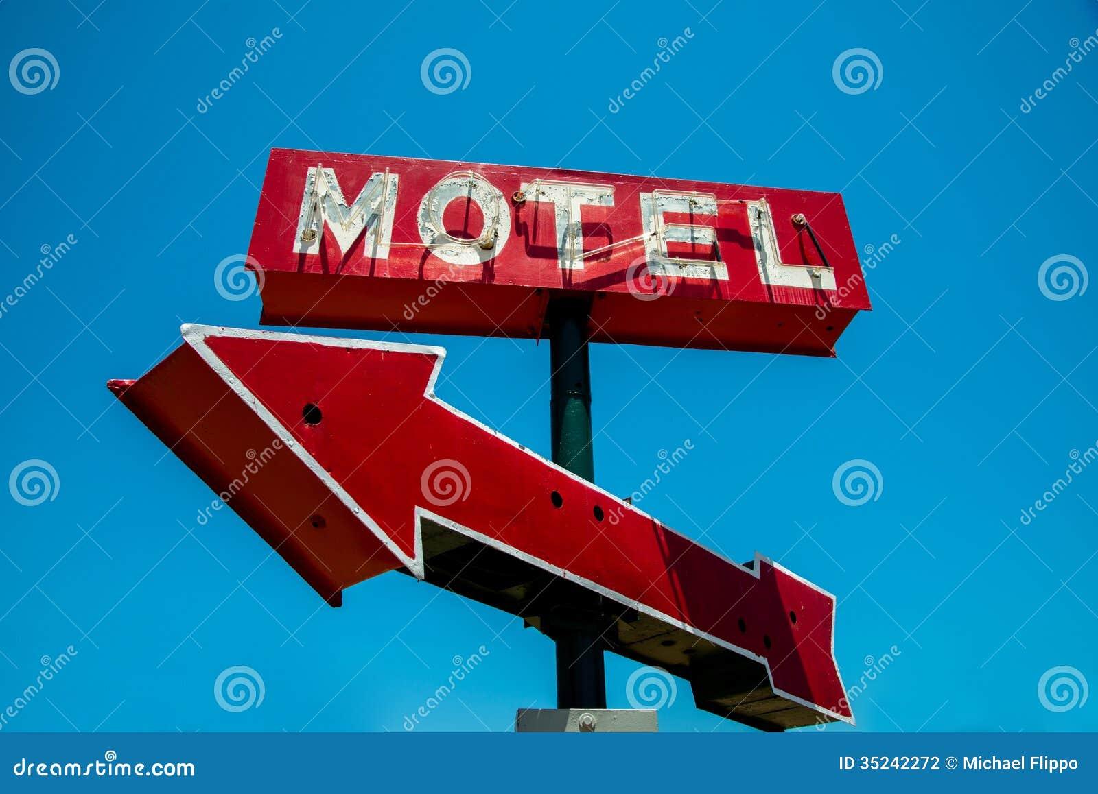 Τρύγος, νέο, κόκκινο σημάδι ξενοδοχείων με ένα κόκκινο βέλος