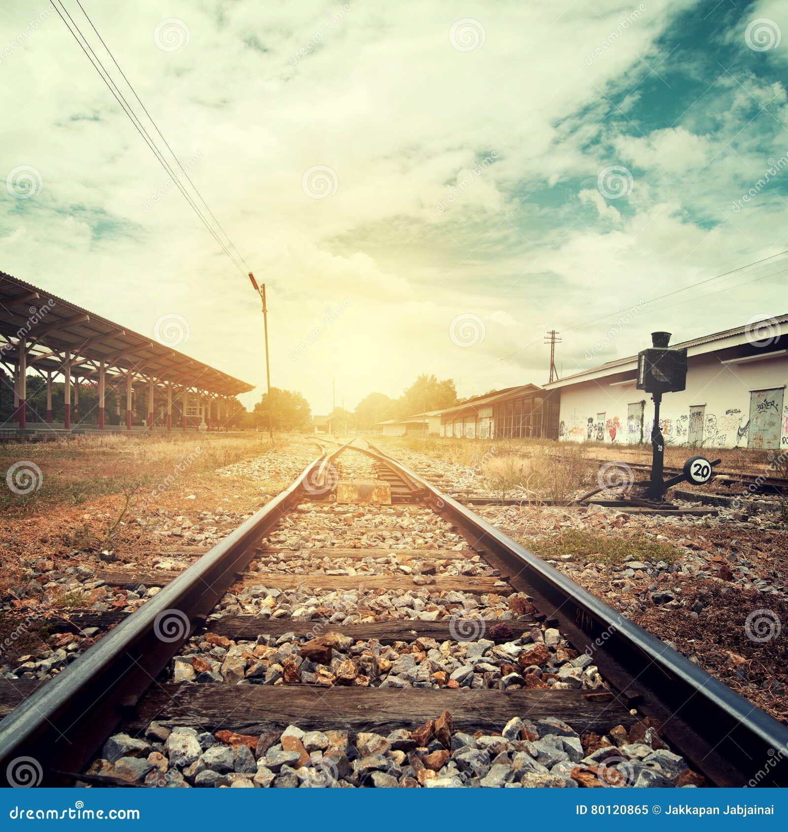 Τρύγος τοπίων των διαδρομών σιδηροδρόμου στο σταθμό τρένου