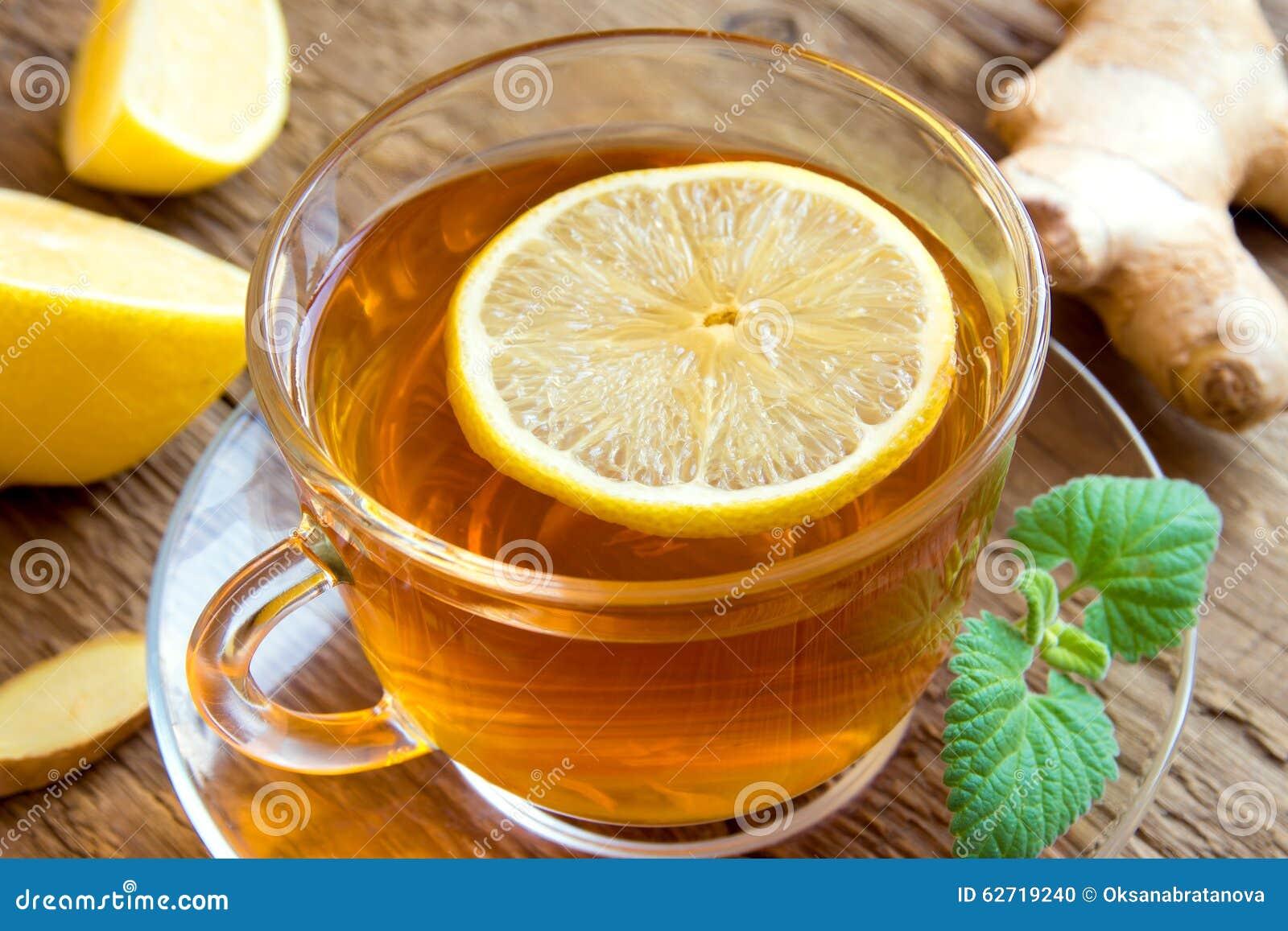 Τσάι με το λεμόνι, την πιπερόριζα, το μέλι και τη μέντα