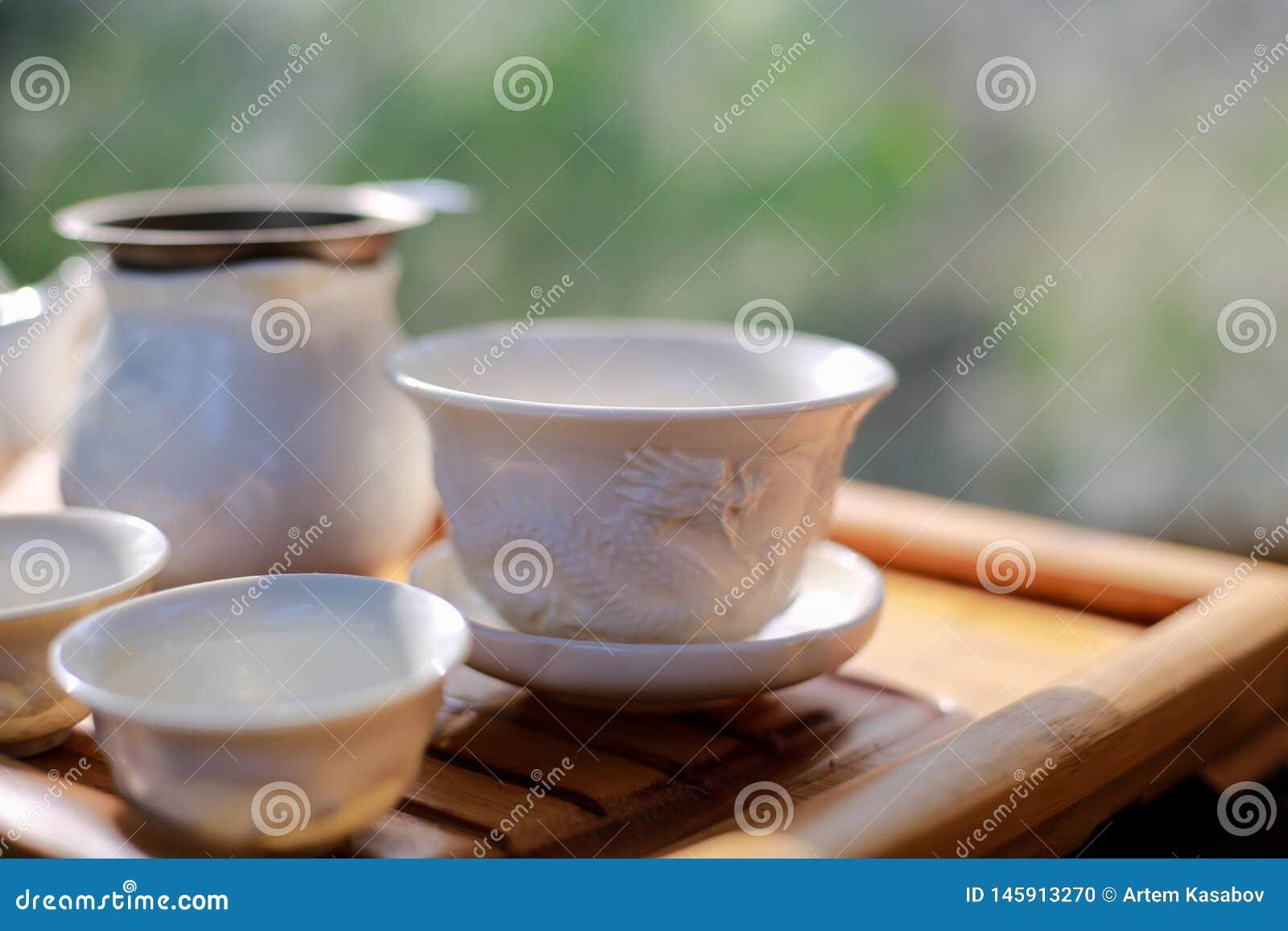 Τσάι που τίθεται στον ξύλινο πίνακα
