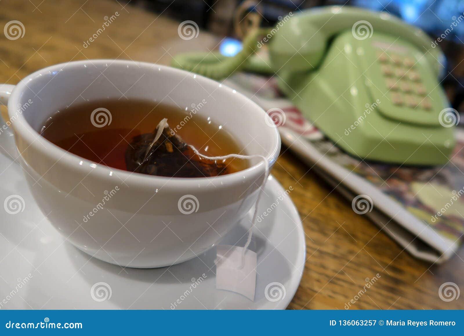 Τσάι το πρωί με μια εφημερίδα