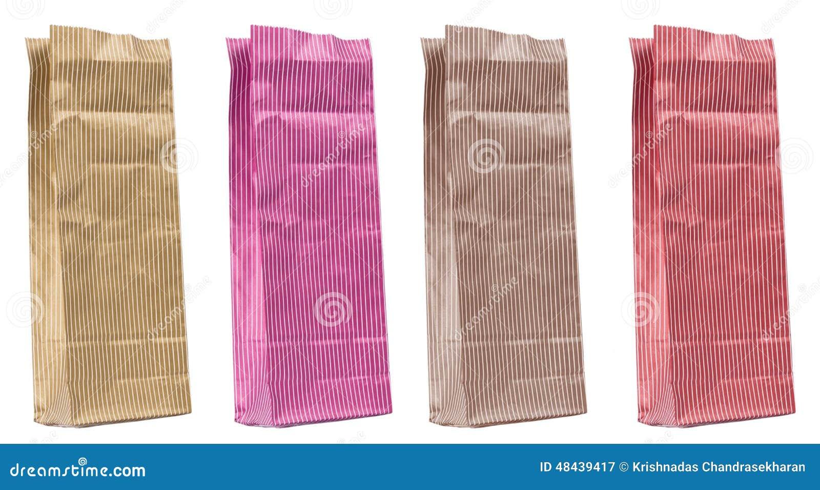 3f38b13ebb Η κενή ζωηρόχρωμη τσάντα εγγράφου αγορών απομόνωσε στο άσπρο υπόβαθρο για  τη διαφήμιση και το μαρκάρισμα