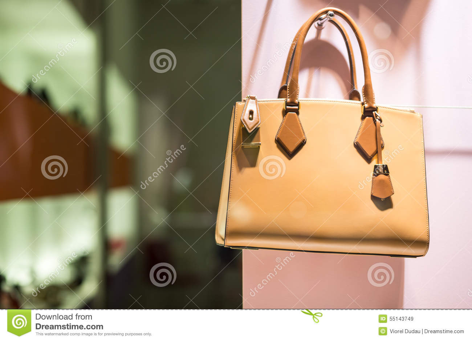 Τσάντα πολυτέλειας στο κατάστημα