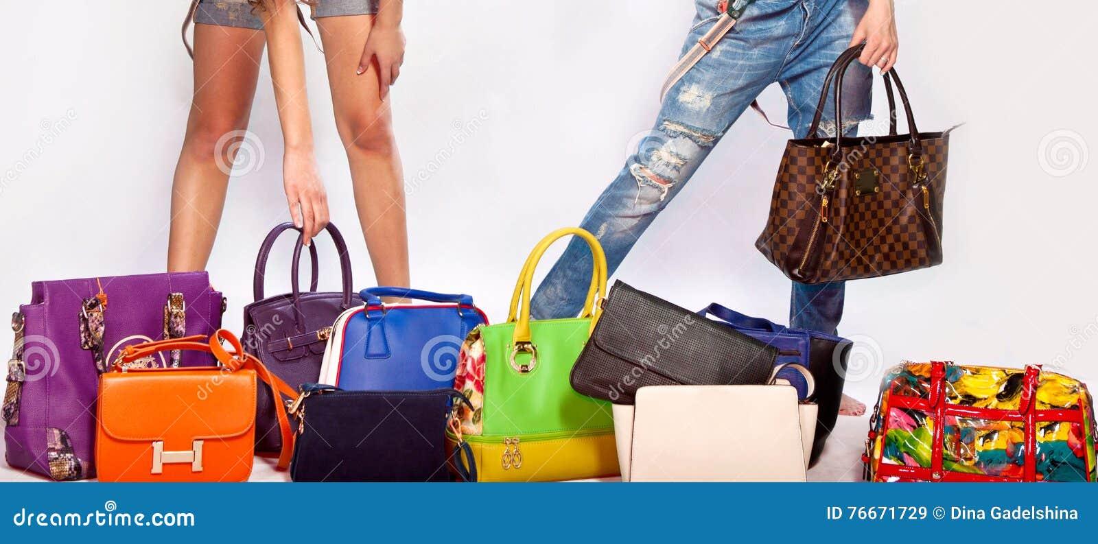 0870b2e8ff Πολύ women  x27 τσάντα δέρματος μόδας του s σε ένα άσπρο υπόβαθρο Women   x27 λεπτά πόδια του s
