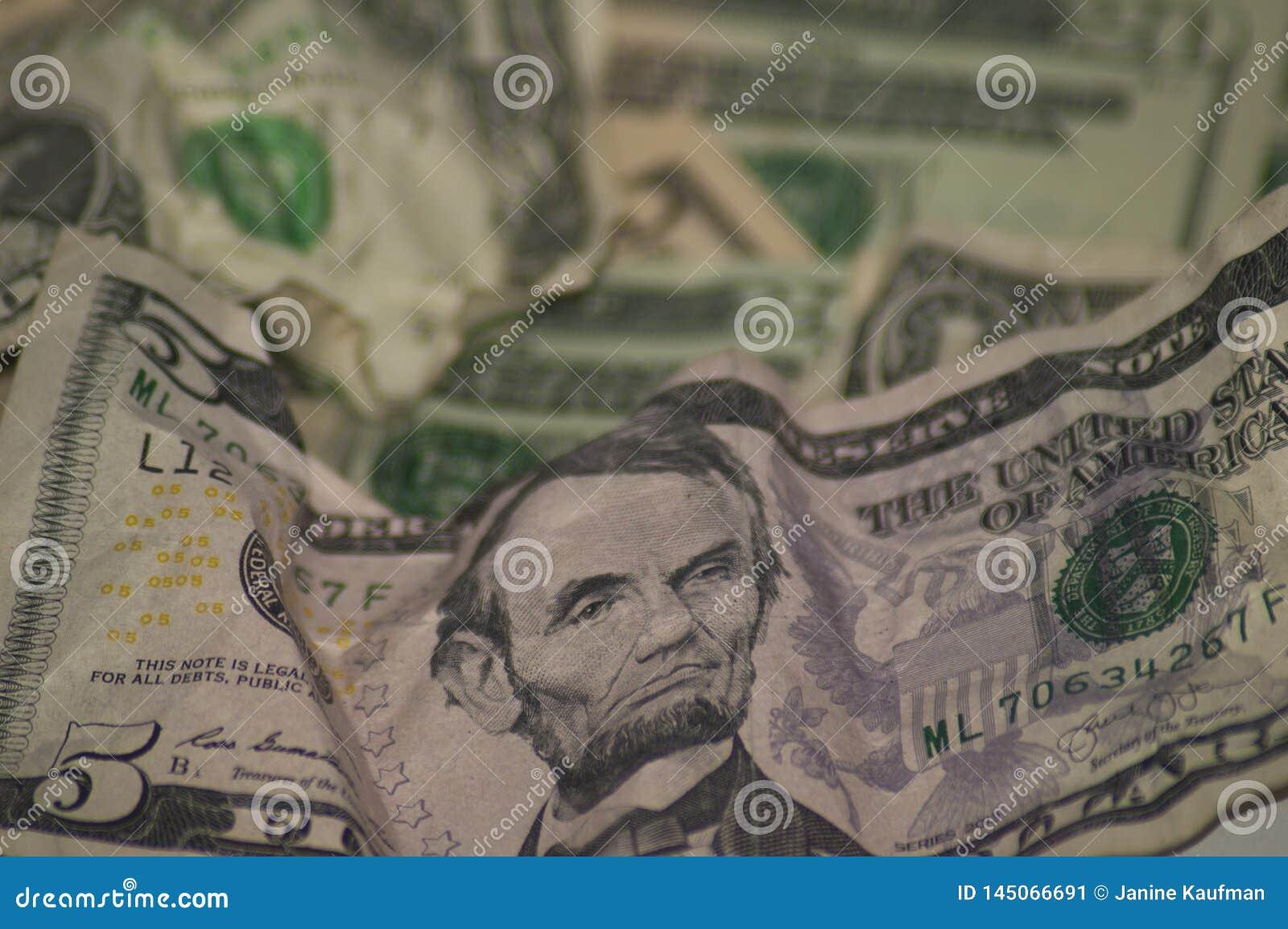 Τσαλακωμένα επάνω χρήματα νομίσματος εγγράφου πέντε δολάρια στο πρώτ