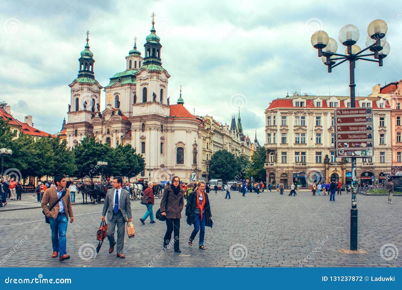τσεχική παλαιά πόλη δημοκρ Άποψη σχετικά με την εκκλησία Tyn και Hus το μνημείο του Ιαν. στο τετράγωνο όπως βλέπει από την παλ