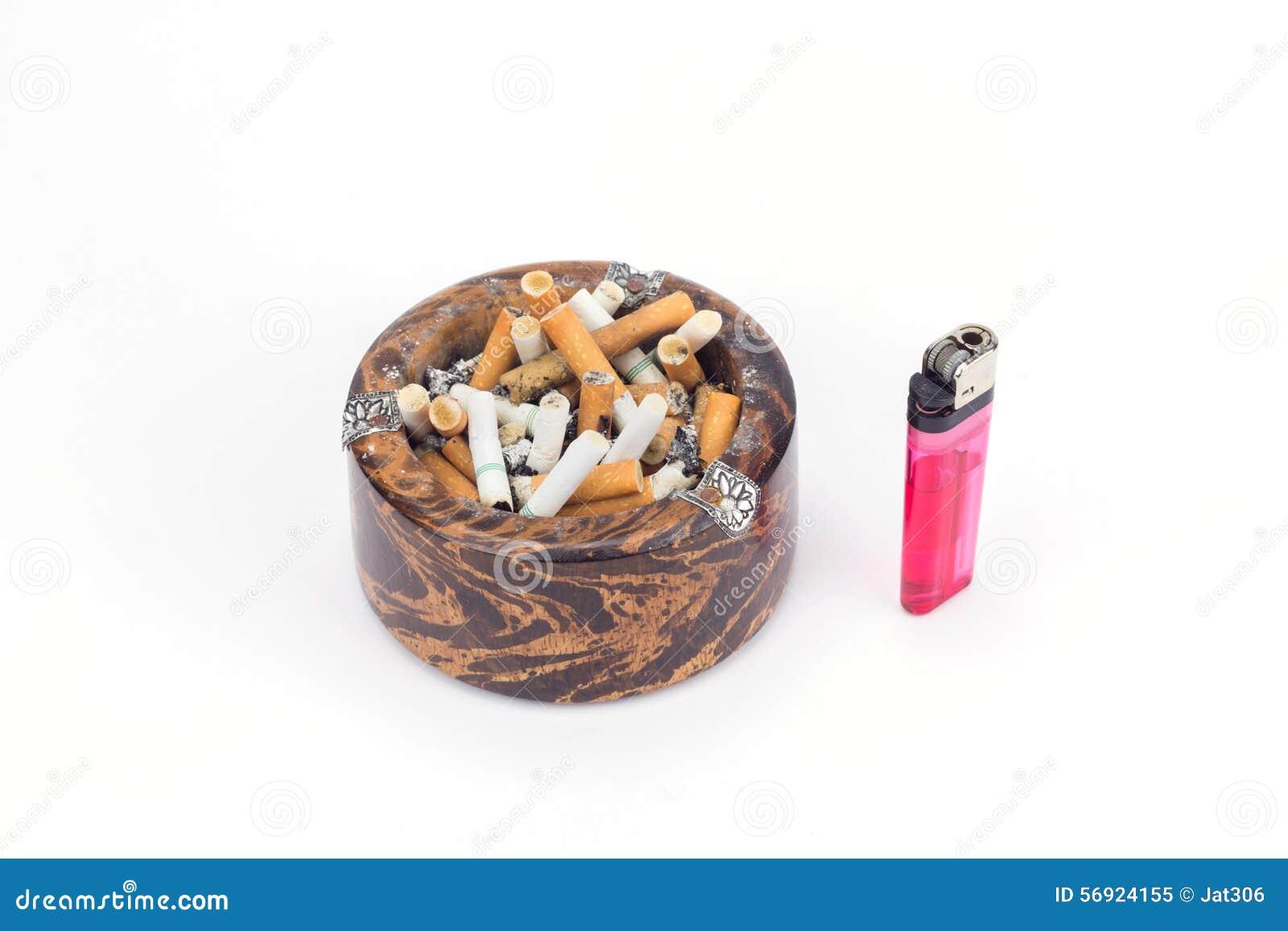 Τσιγάρα άκρης ξύλινους ashtray και τον αναπτήρα