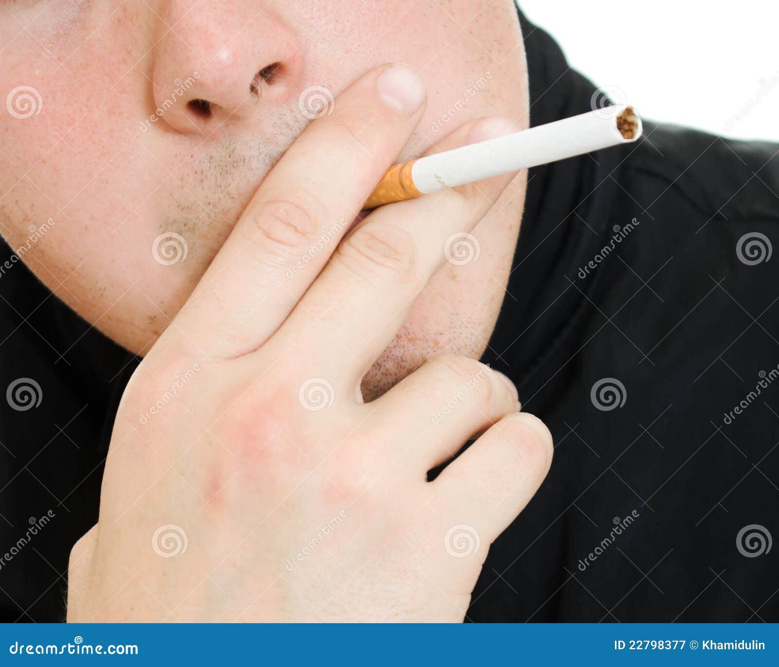 τσιγάρο το στόμα ατόμων του