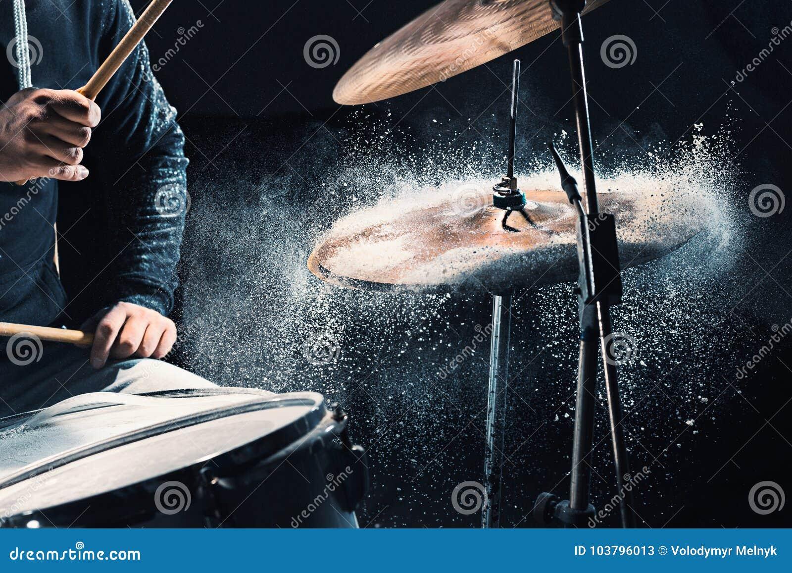 Τυμπανιστής που προετοιμάζει στα τύμπανα πριν από τη συναυλία βράχου Μουσική καταγραφής ατόμων στο τύμπανο που τίθεται στο στούντ