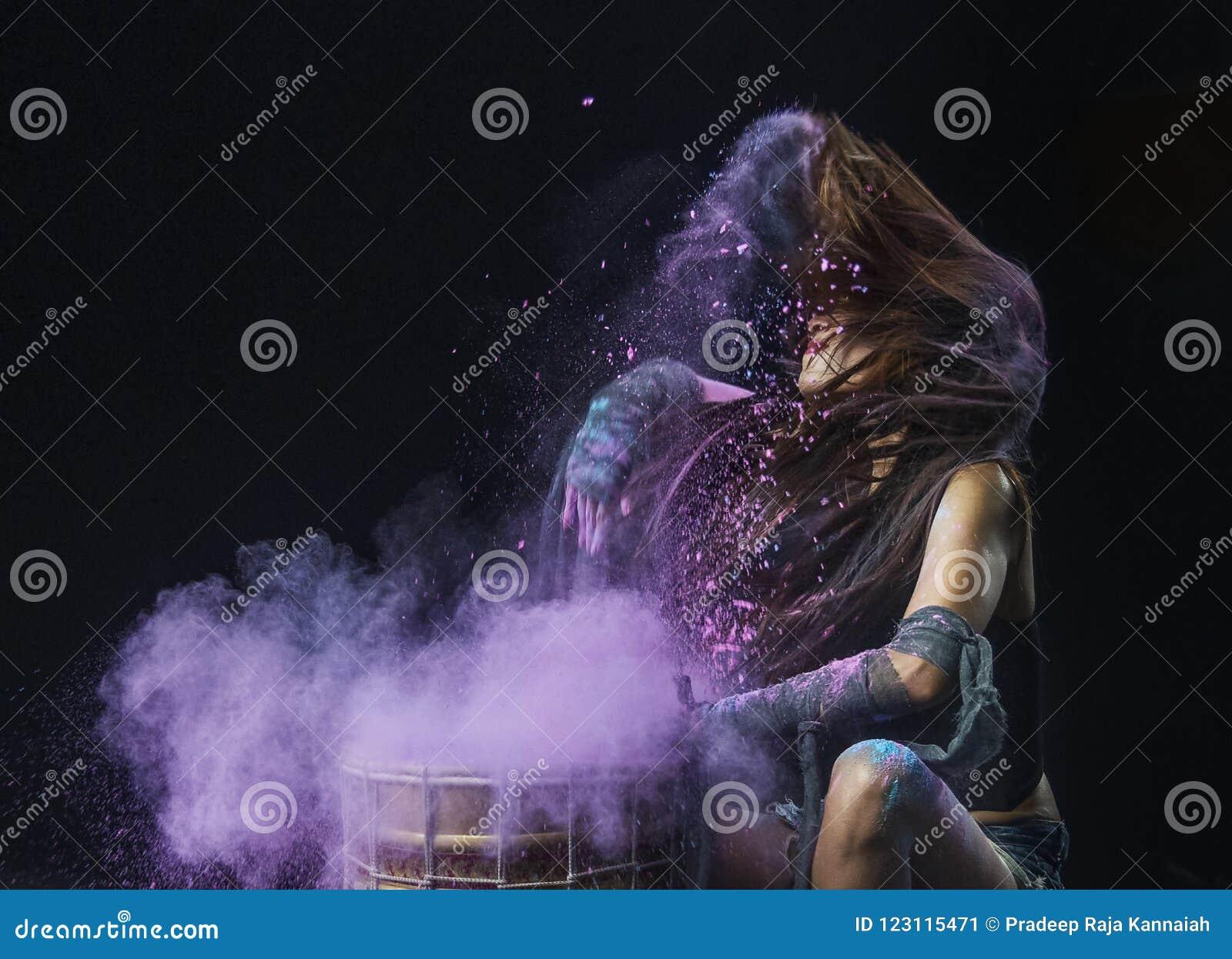 Τυμπανοκρουσία παφλασμών σκονών χρώματος και δράση κτυπήματος τρίχας του νέου προτύπου