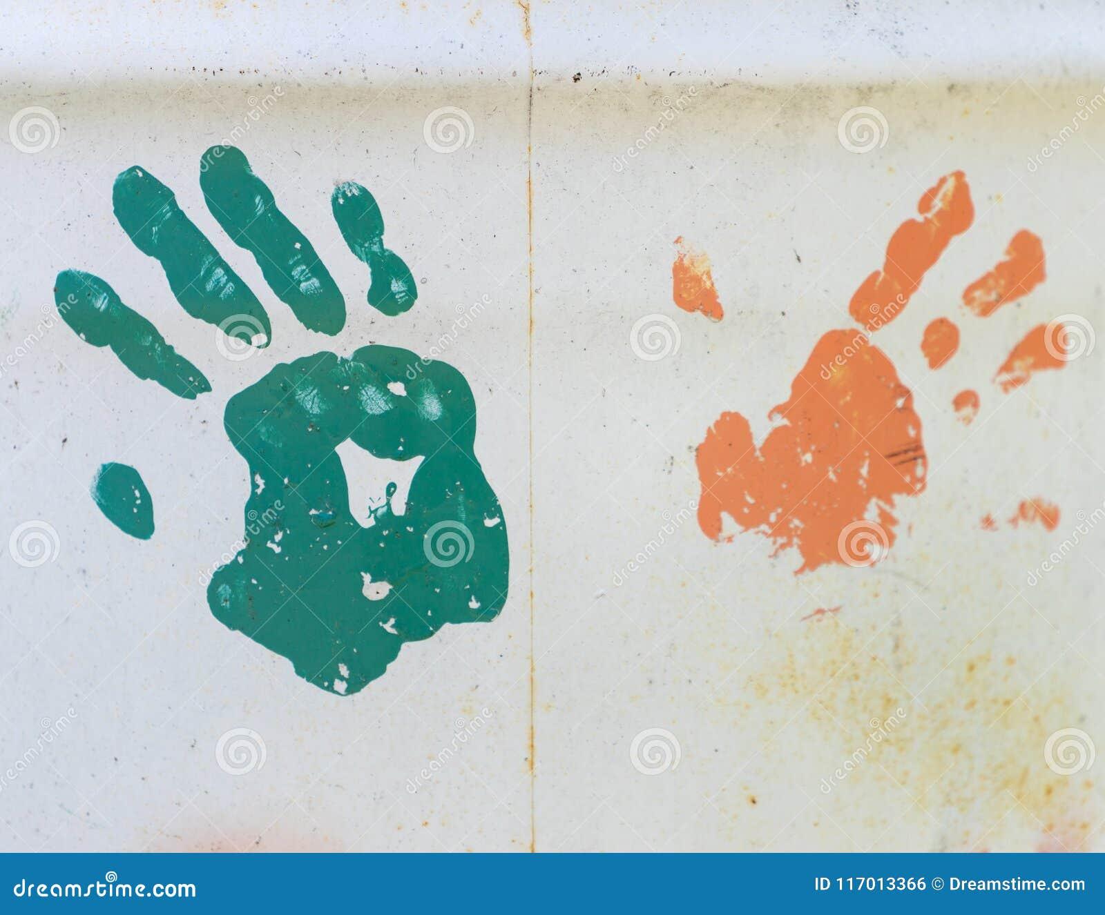 Τυπωμένες ύλες χεριών Grunge στο μέταλλο