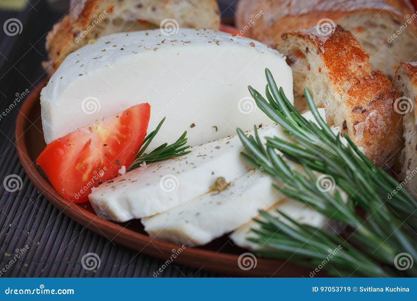 Τυρί, ντομάτες, χορτάρια και ψωμί