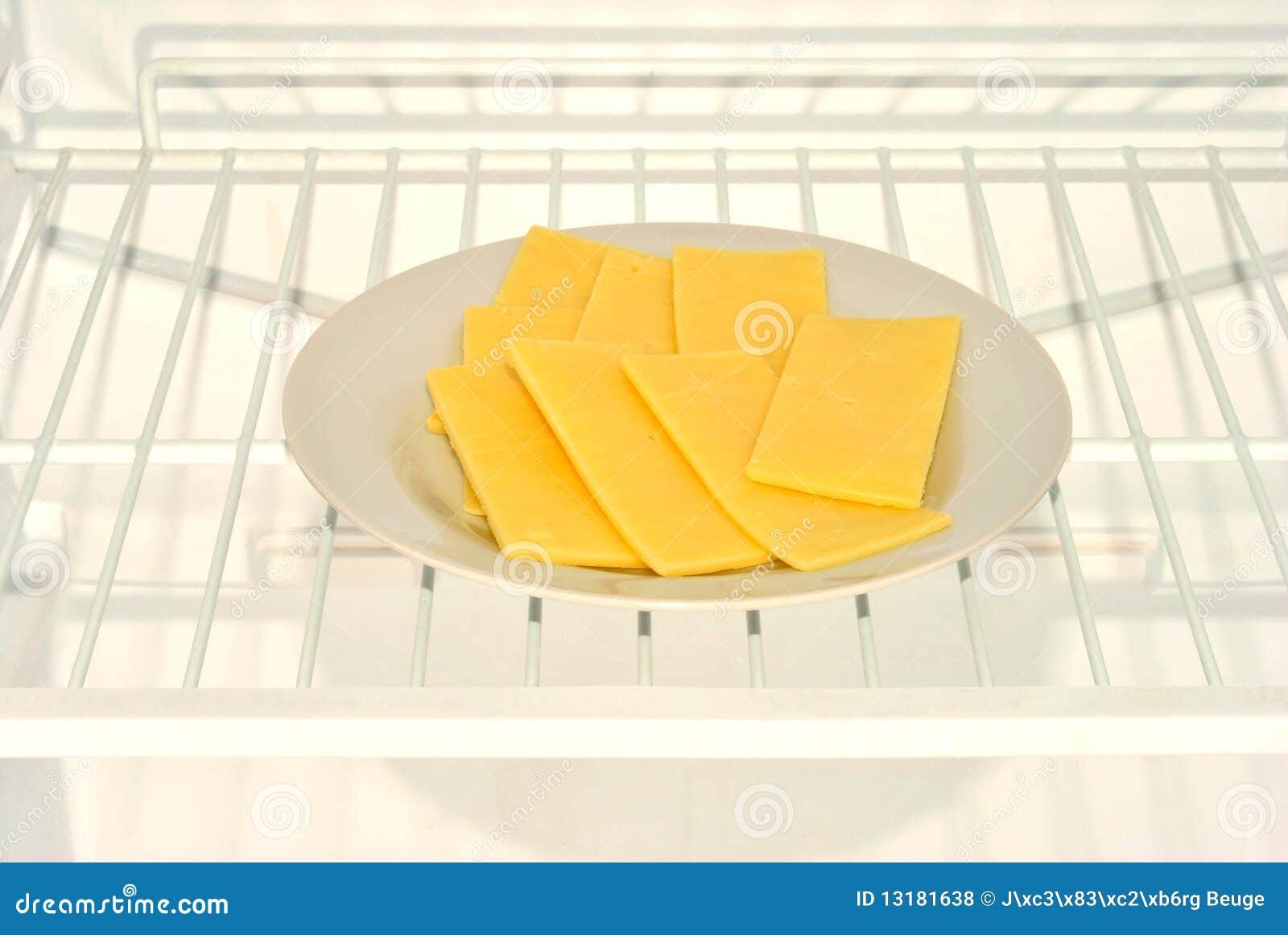 τυρί φετών σε ένα πιάτο σε ένα ψυγείο