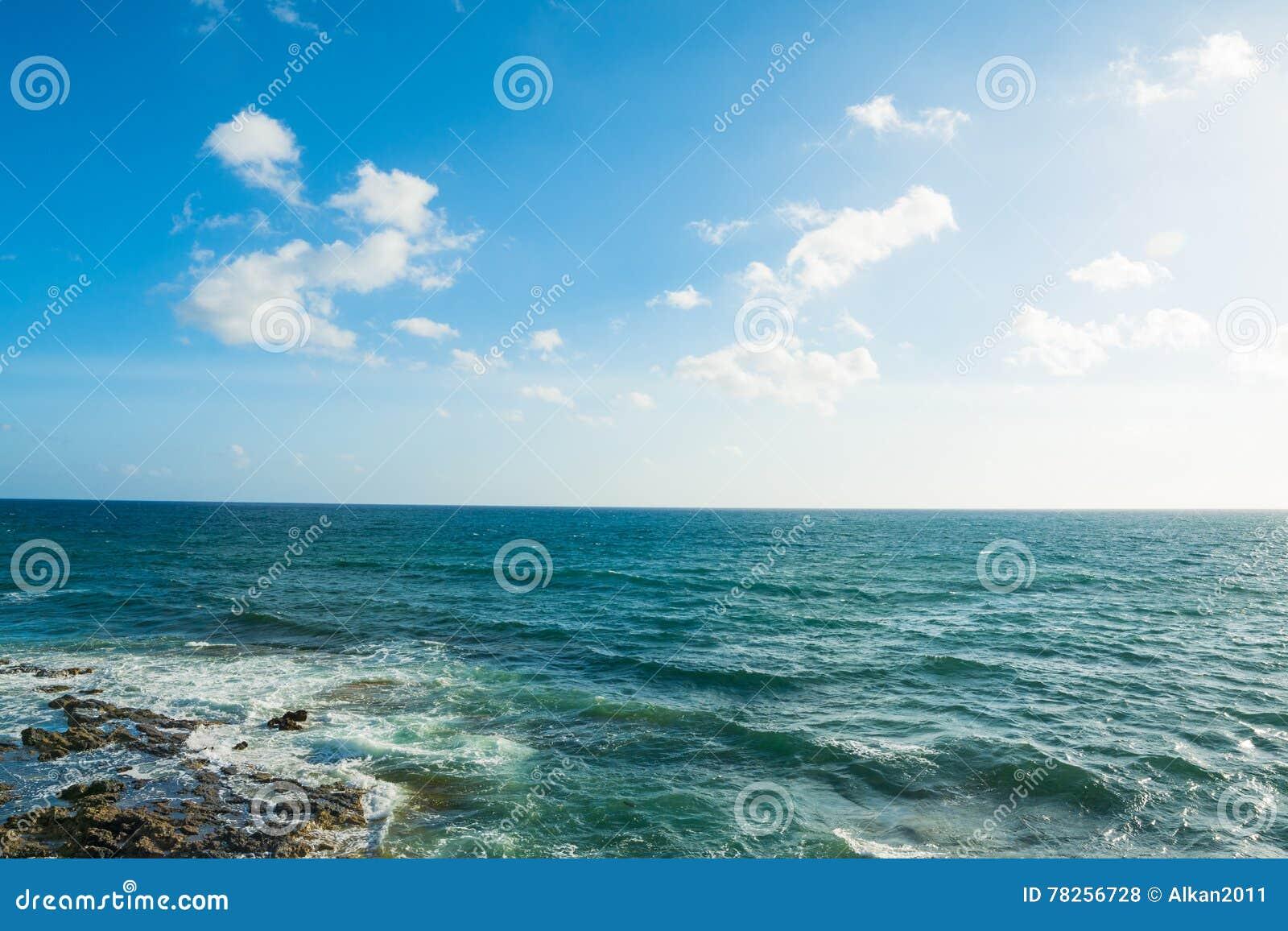 Τυρκουάζ θάλασσα κάτω από έναν μπλε ουρανό