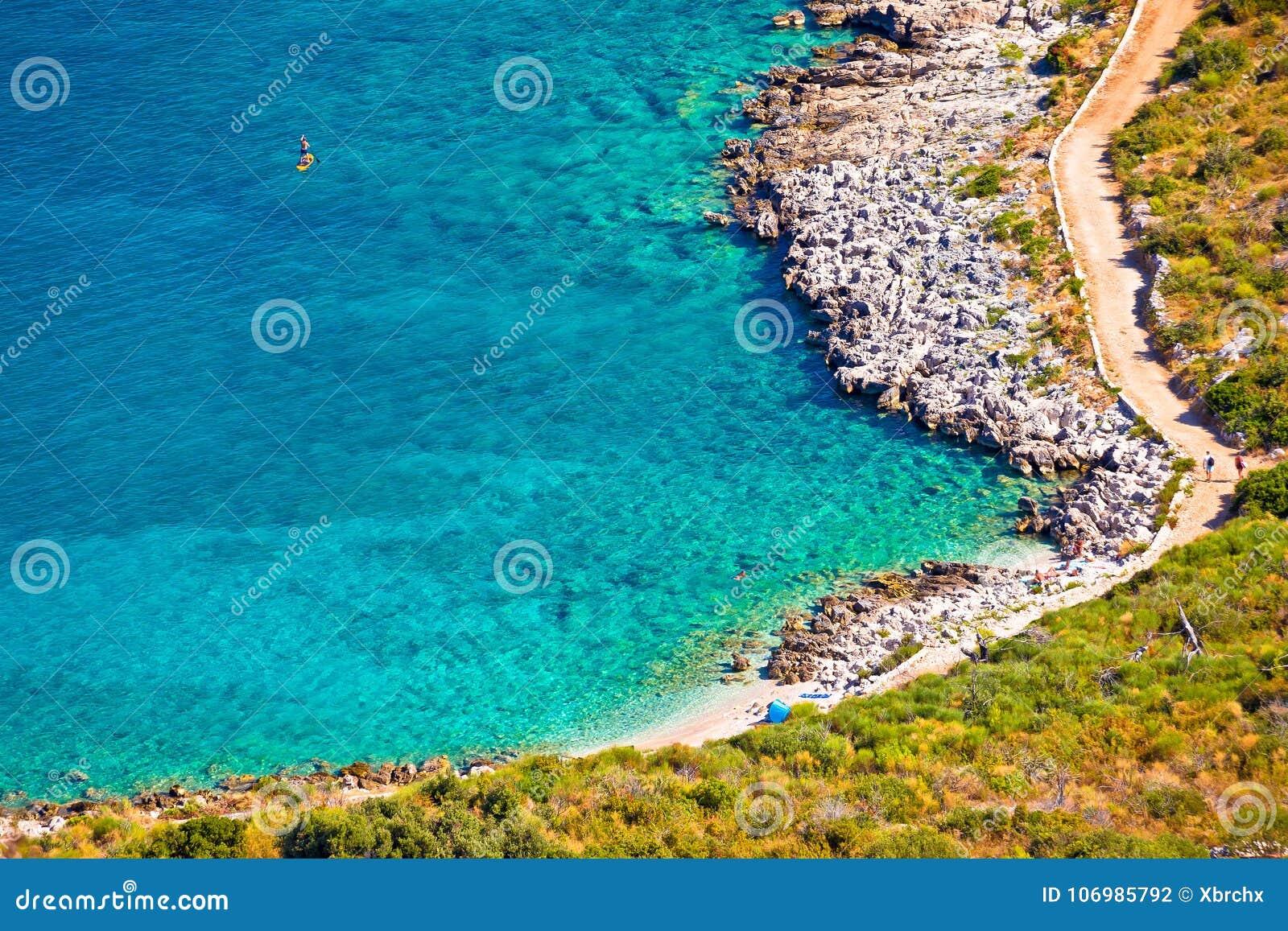 Τυρκουάζ παραλία κατά την εναέρια άποψη Primosten