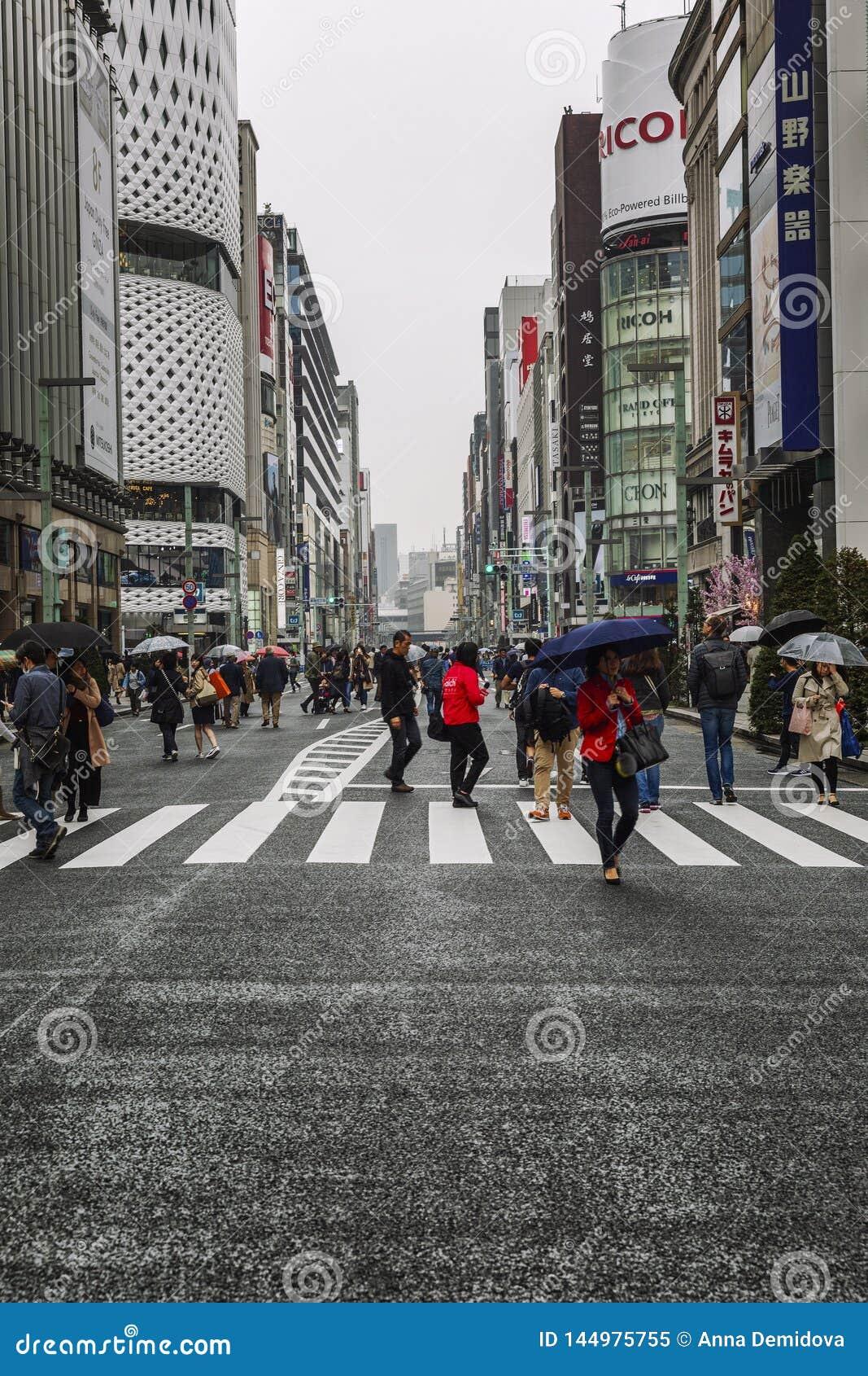 Τόκιο, Ιαπωνία, 04/08/2017: Οι άνθρωποι περπατούν κατά μήκος της για τους πεζούς οδού Ginza