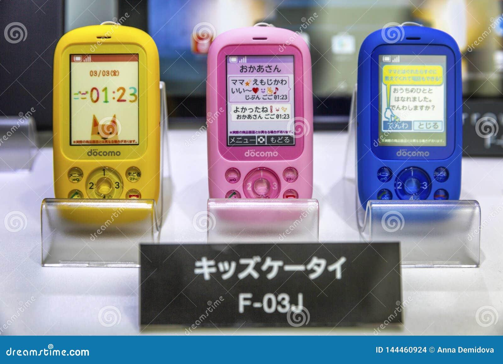 Τόκιο, Ιαπωνία, 04/08/2017 Πρότυπα των πολύχρωμων παιδιών των κινητών τηλεφώνων στο storefront στο κατάστημα