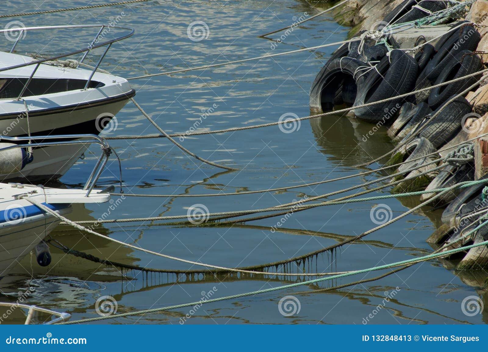 Τόξο των βαρκών που δένονται στην ακτή