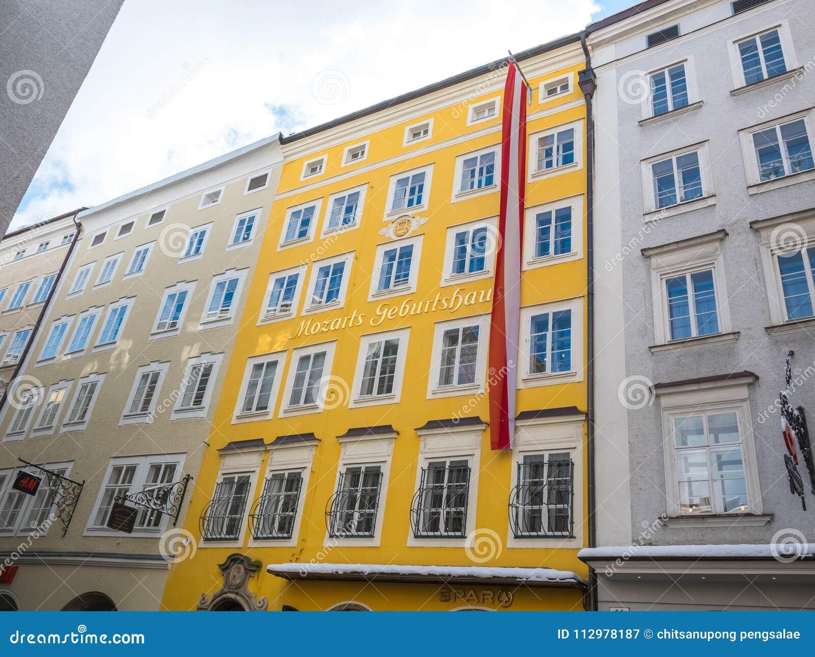 Τόπος γεννήσεως Μότσαρτ στο χιόνι χειμερινής εποχής σημαιών του Σάλτζμπουργκ Αυστρία