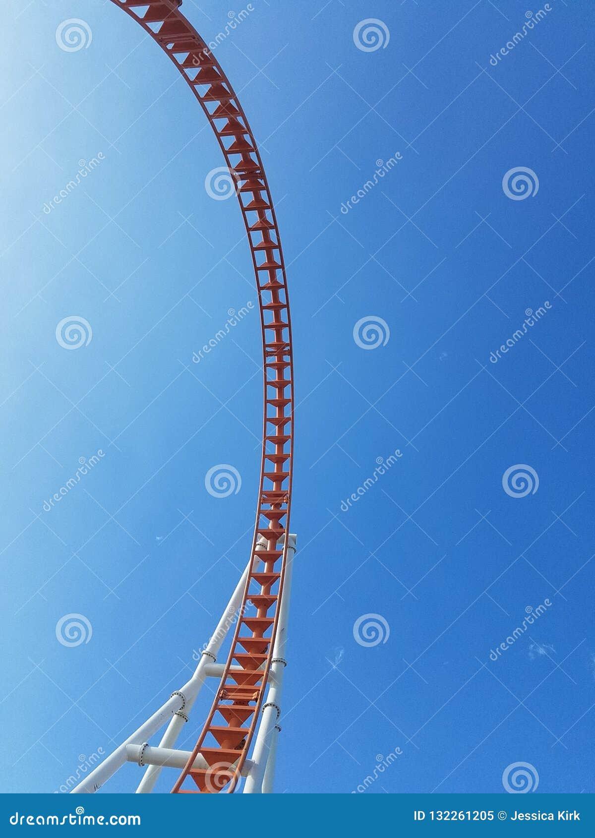 Τόσο πολύ υψηλός επάνω ενάντια στο βρόχο Coney Island ουρανού