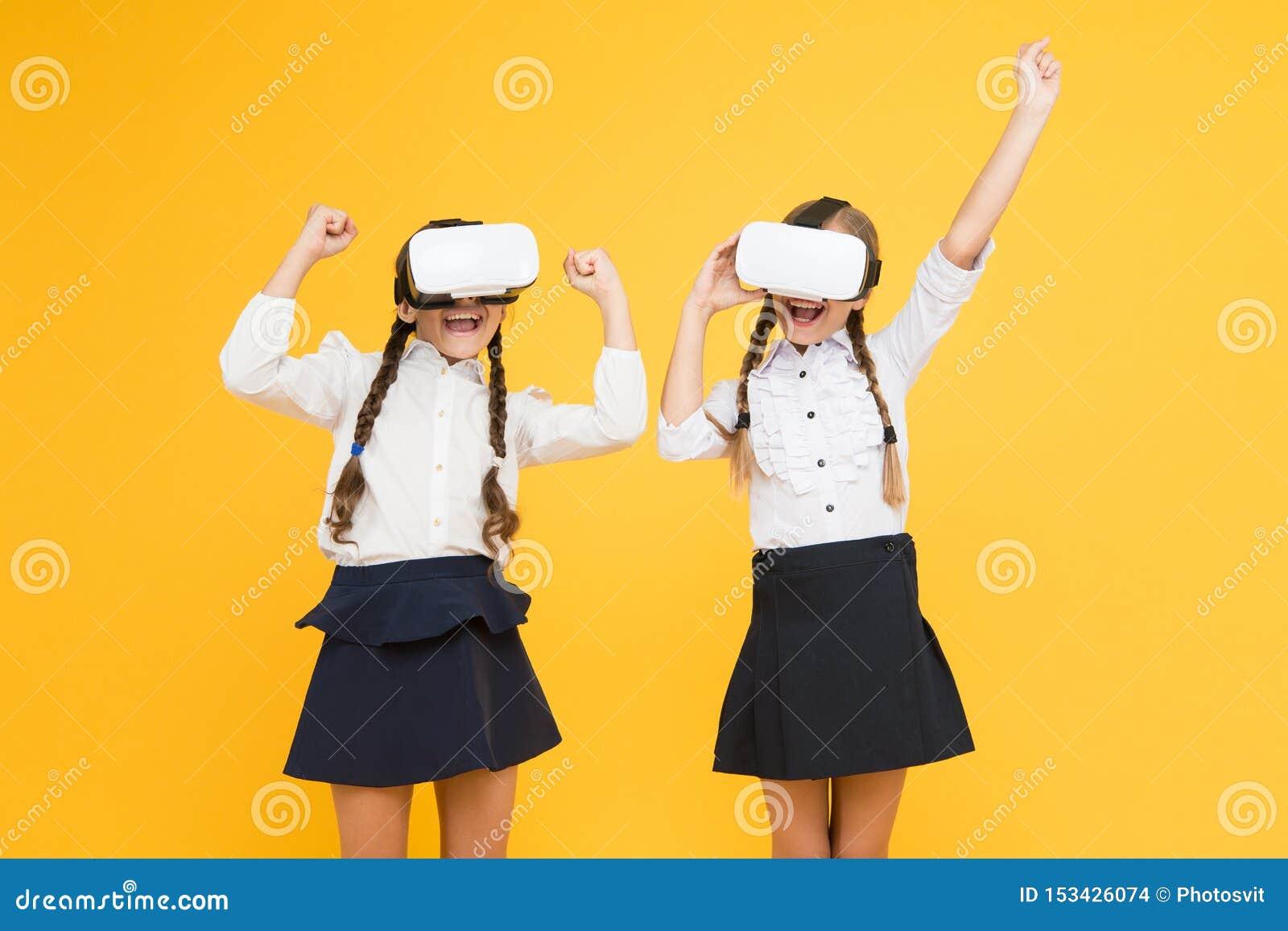 Τόσο πραγματικός Τα ευτυχή παιδιά χρησιμοποιούν τη σύγχρονη τεχνολογία εικονική πραγματικότητα μικρά κορίτσια στην κάσκα VR μελλο