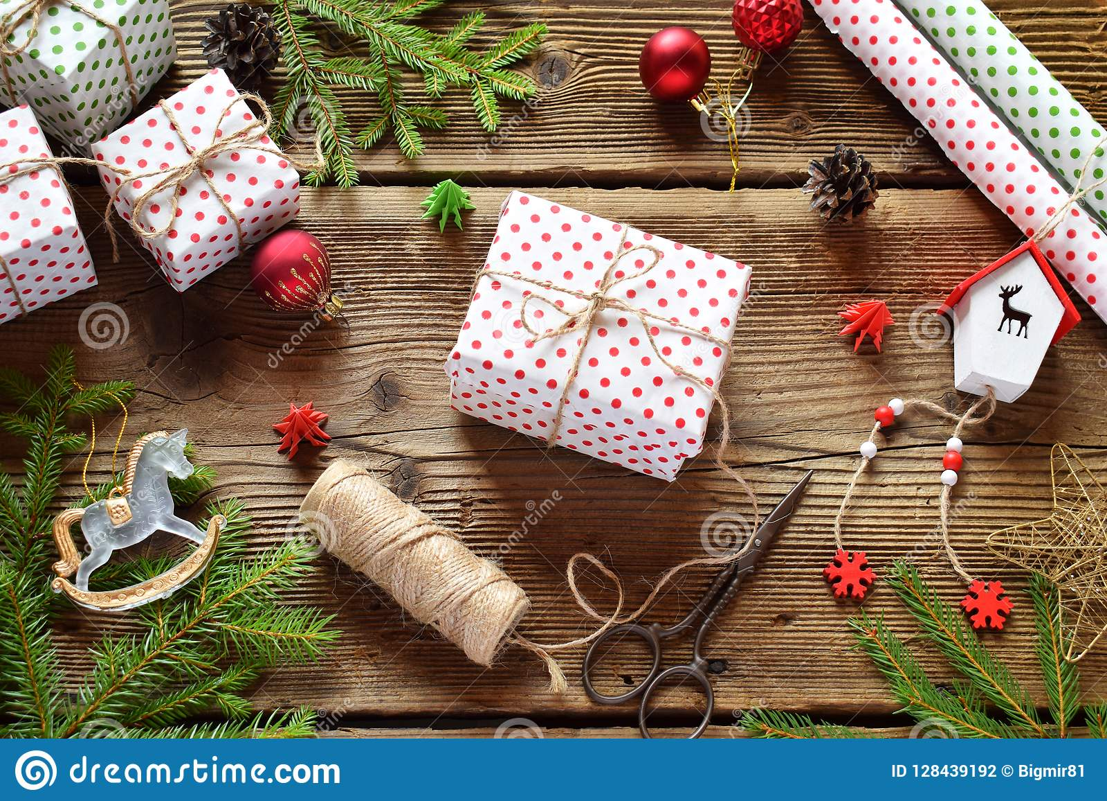 Τύλιγμα δώρων Η σύνθεση Χριστουγέννων με το παρόν κιβώτιο, το έγγραφο συσκευασίας, η εορταστικά διακόσμηση και το δέντρο έλατου δ