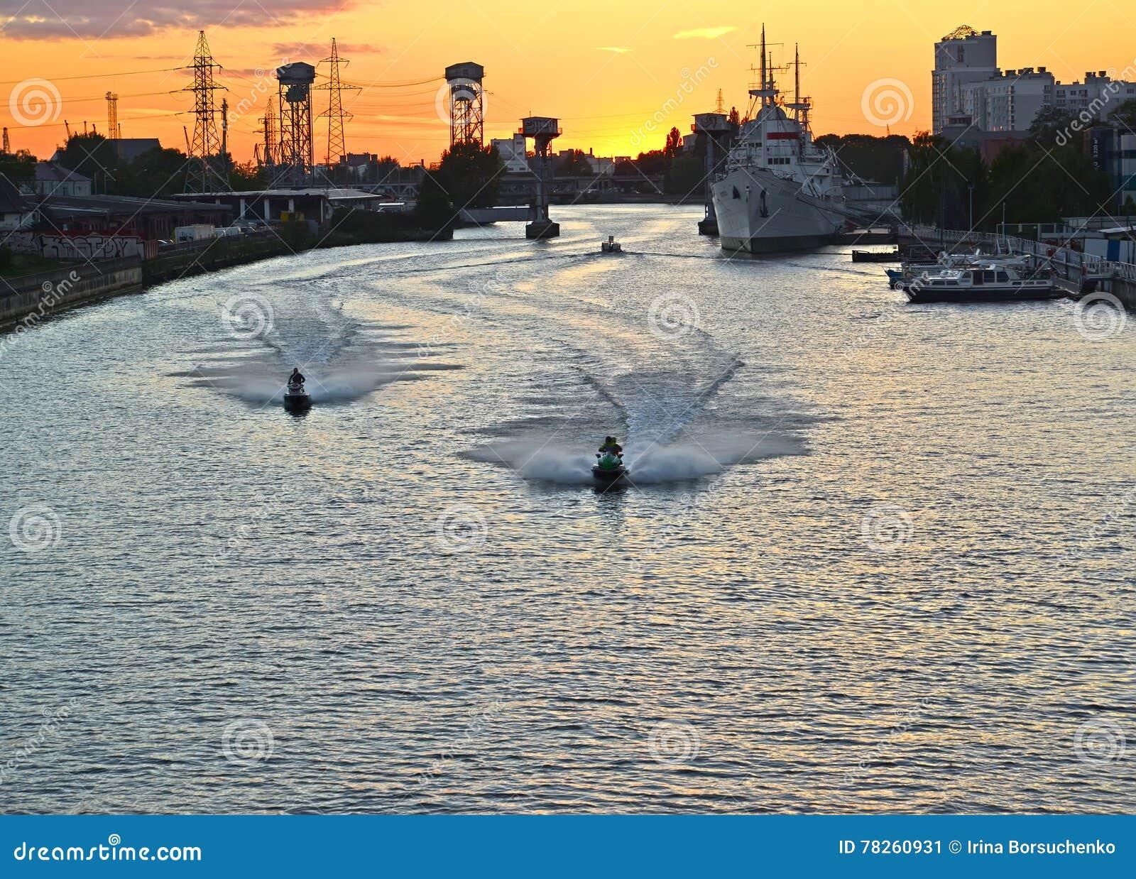 Τύπος στον ποταμό Pregolya στο ηλιοβασίλεμα Kaliningrad