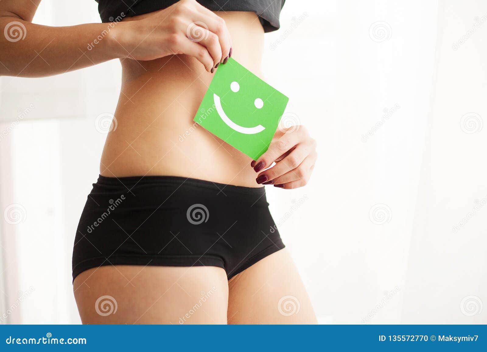Υγεία γυναικών Κινηματογράφηση σε πρώτο πλάνο του υγιούς θηλυκού με το όμορφο κατάλληλο λεπτό σώμα στη μαύρη πράσινη κάρτα εκμετά