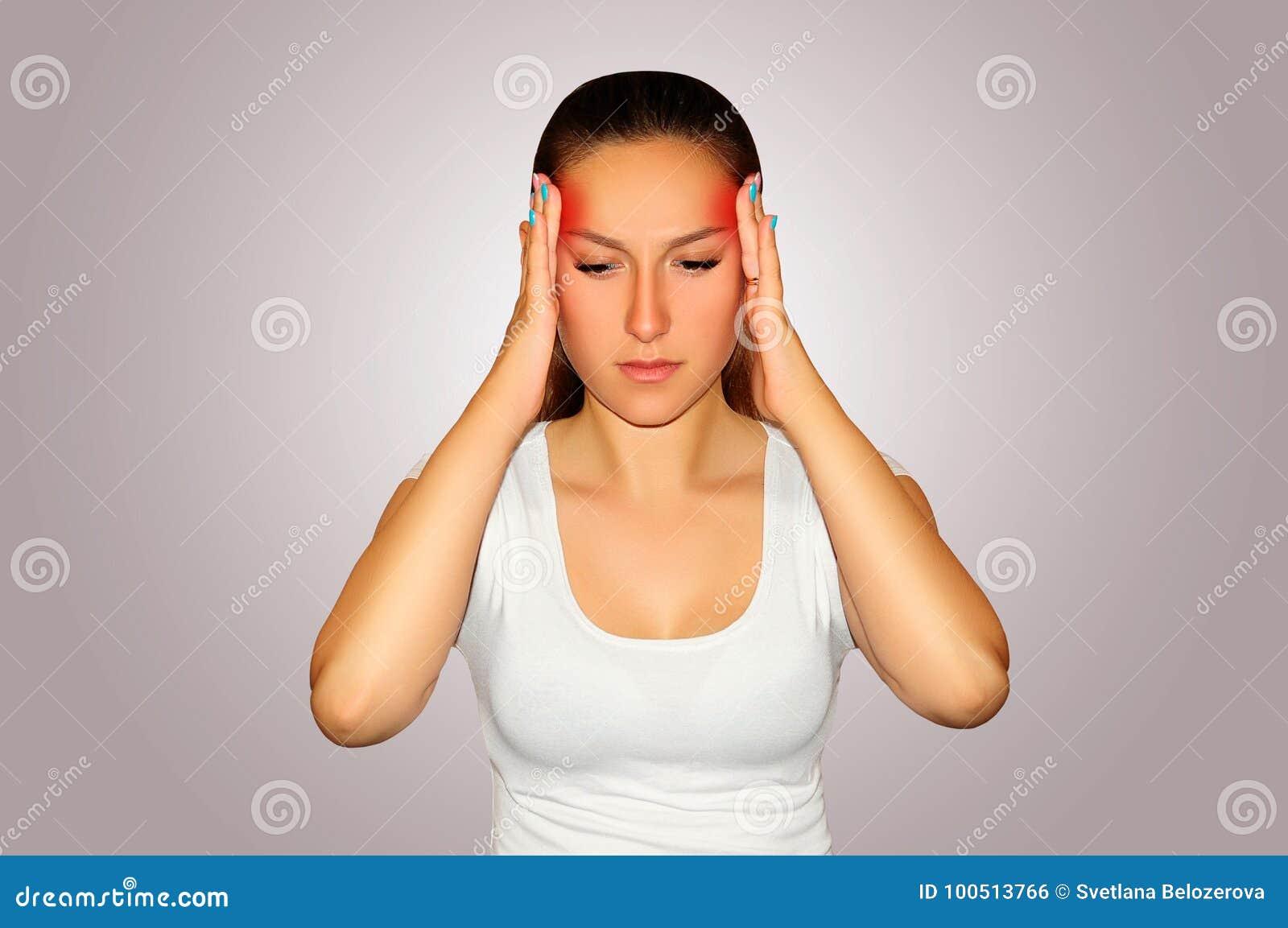 Υγεία και πόνος Νέα γυναίκα που έχει τον ισχυρό πονοκέφαλο έντασης clo