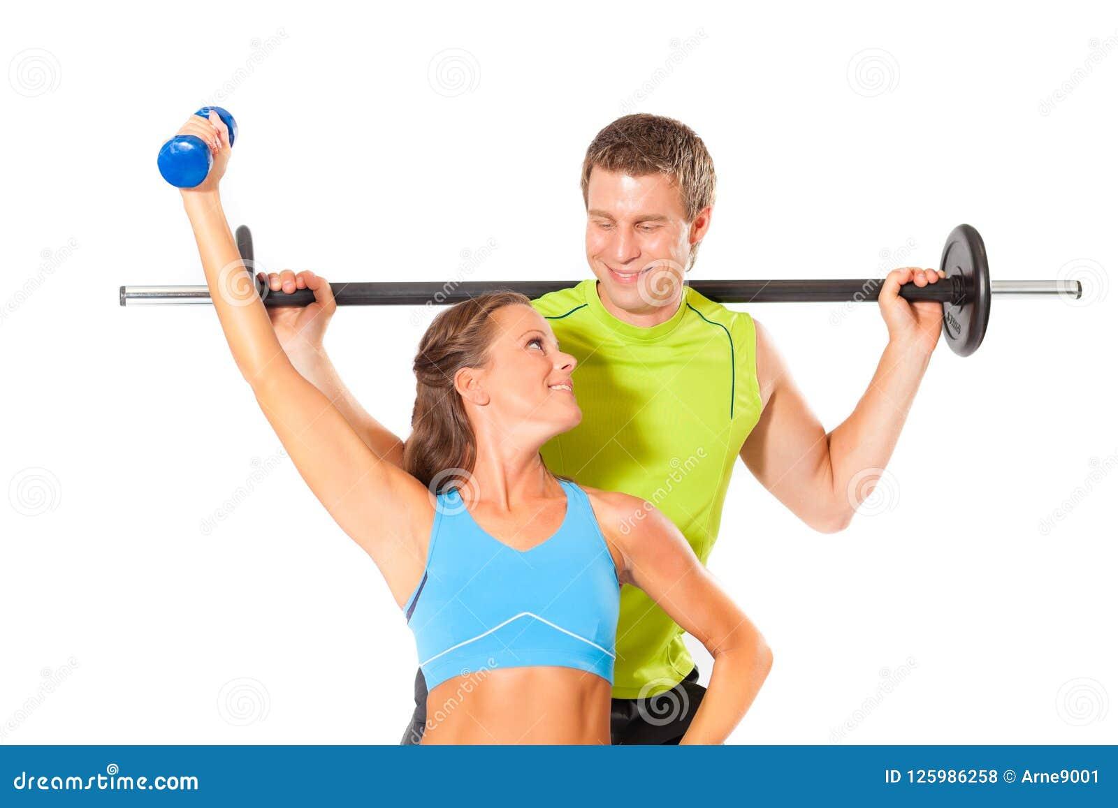 Υγιές ζεύγος που κάνει την άσκηση γυμναστικής δύναμης