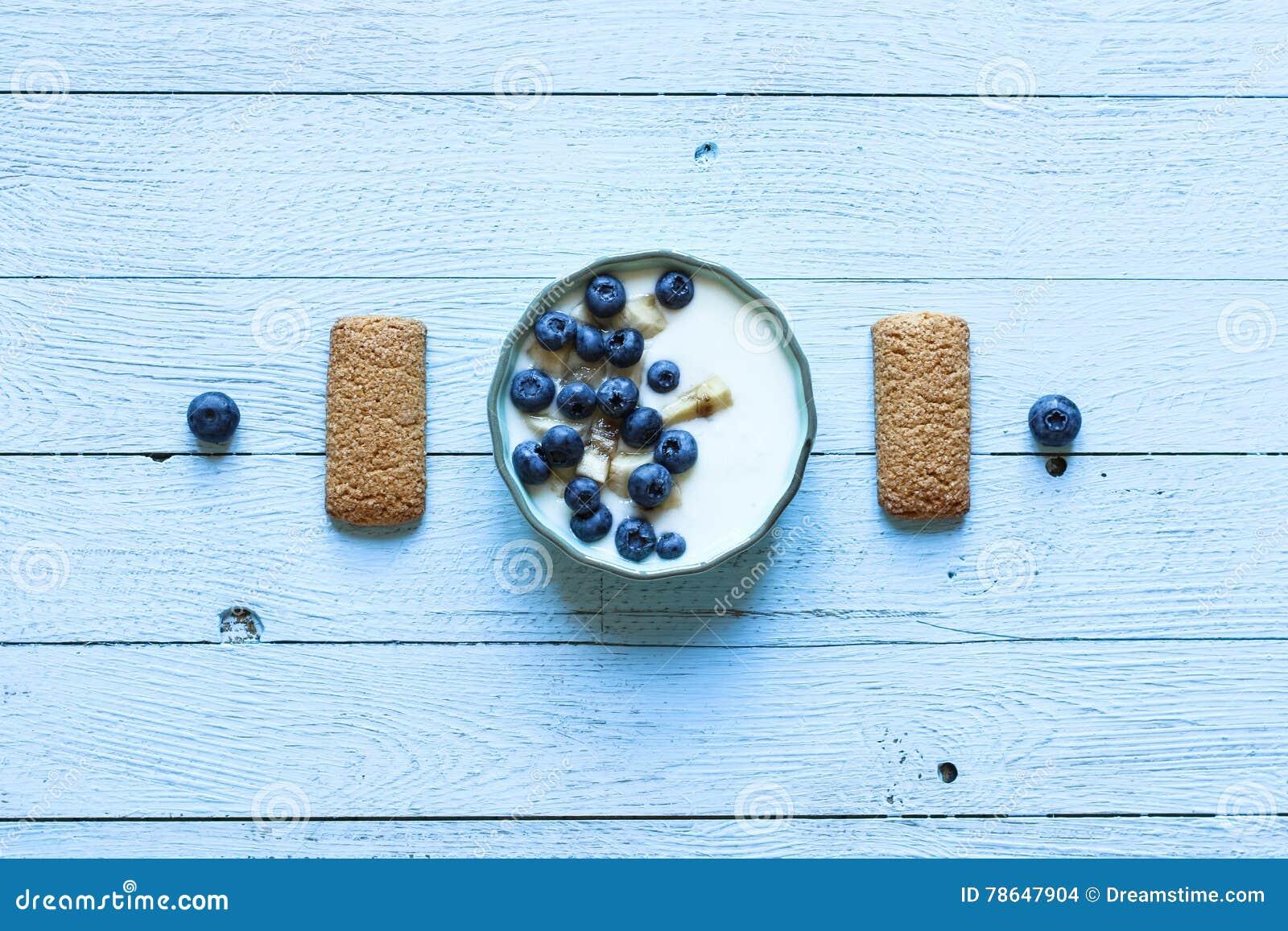 Υγιές πρόγευμα με τα βακκίνια και το γιαούρτι μπανανών