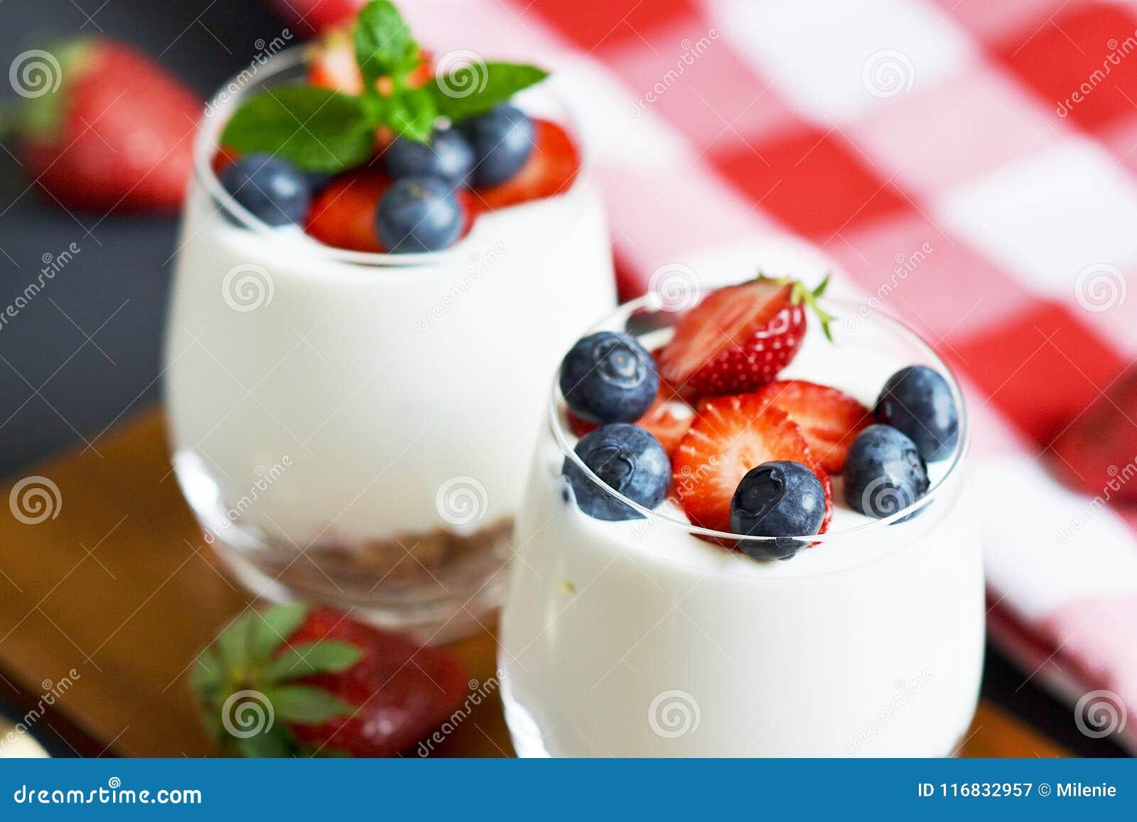 υγιής έννοια προγευμάτων Muesli με το ελληνικά γιαούρτι, τις φράουλες και τα βακκίνια, διατροφή, θερινά τρόφιμα Μαύρο υπόβαθρο, κ