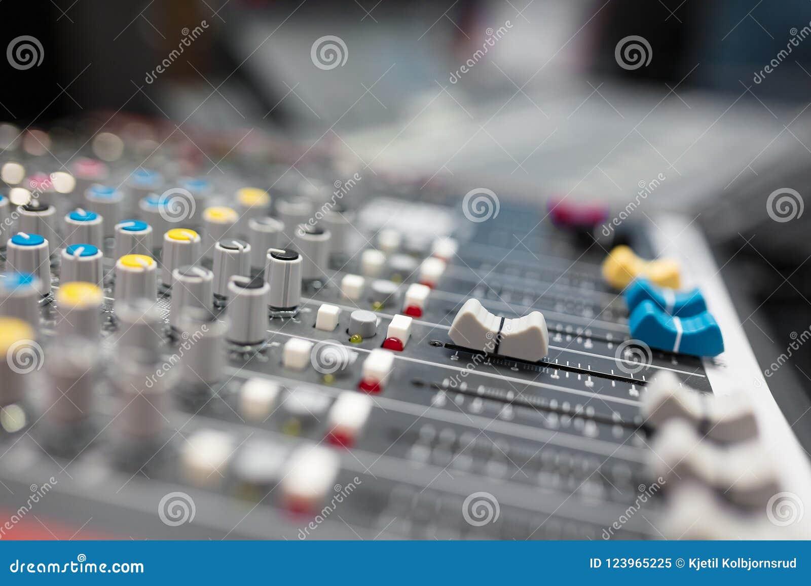 Υγιής αναμίκτης στο ραδιο στούντιο ραδιοφωνικής αναμετάδοσης και καταγραφής μουσικής
