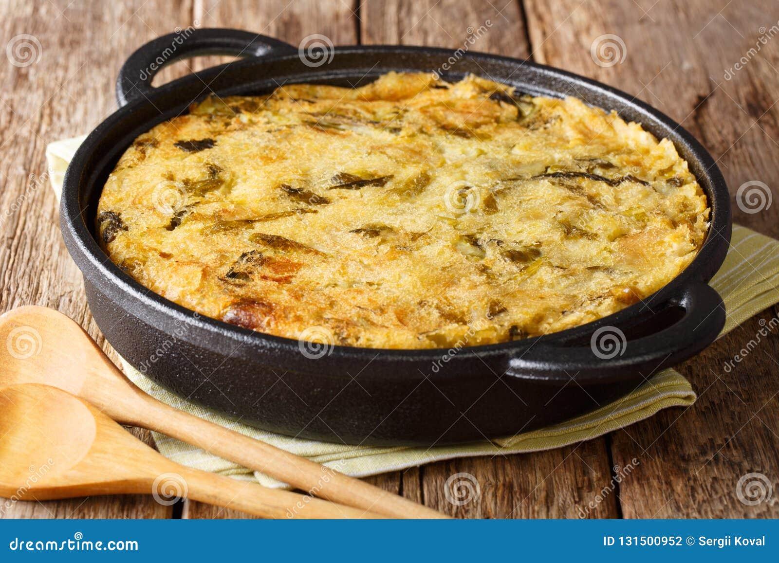 Υγιής διαιτητική αγγλική φυσαλίδα & τρίξιμο τροφίμων από τις ψημένες πολτοποιηίδες πατάτες με το λάχανο και τους νεαρούς βλαστούς