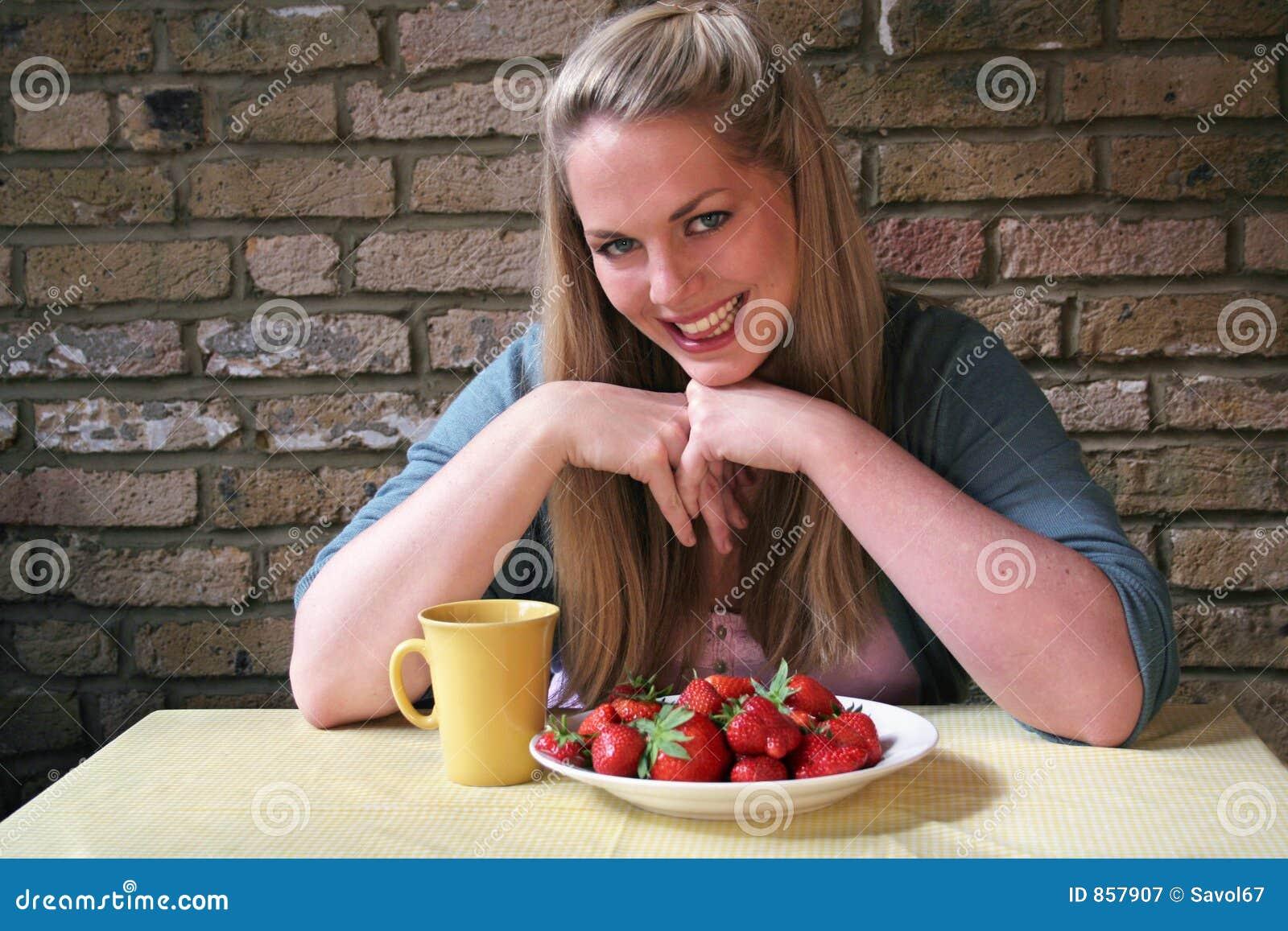 υγιής ζωντανή strawberrys γυναίκα