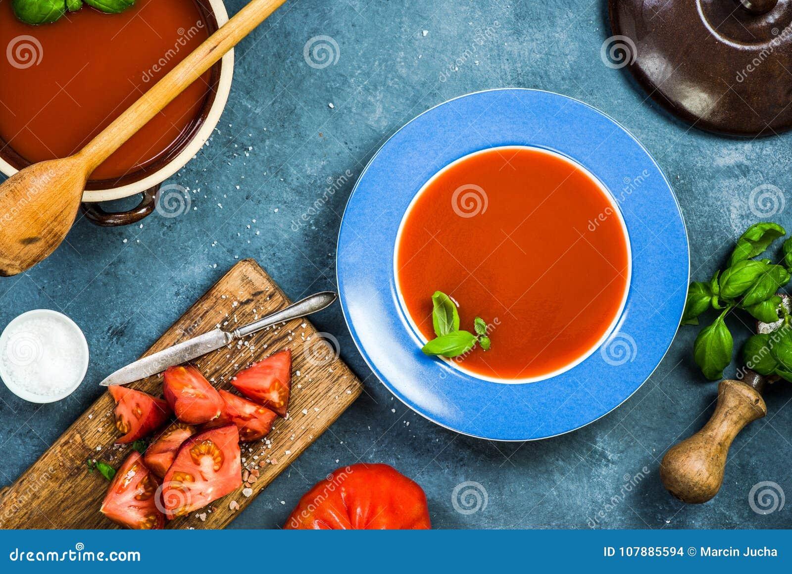 Υγιής κατανάλωση, φρέσκο κρεμώδης gazpacho ή σούπα ντοματών