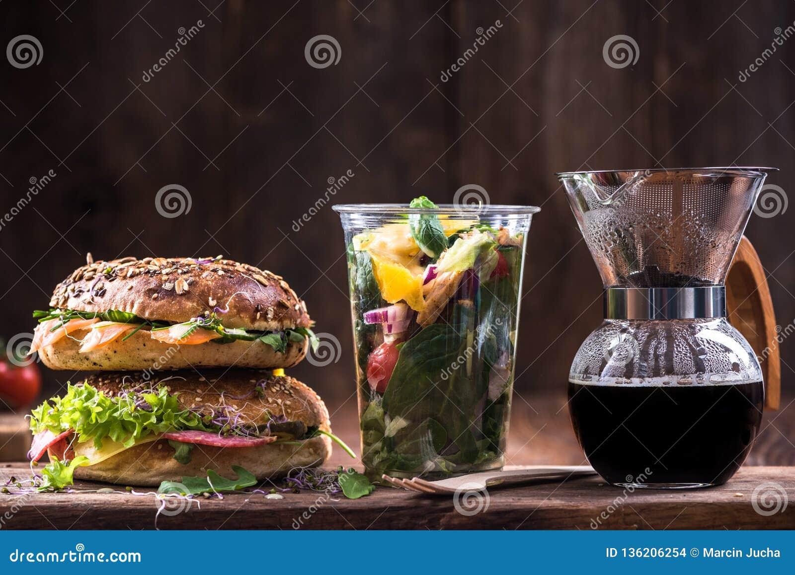 Υγιής κατανάλωση, bagels, καφές και σαλάτα διατροφής