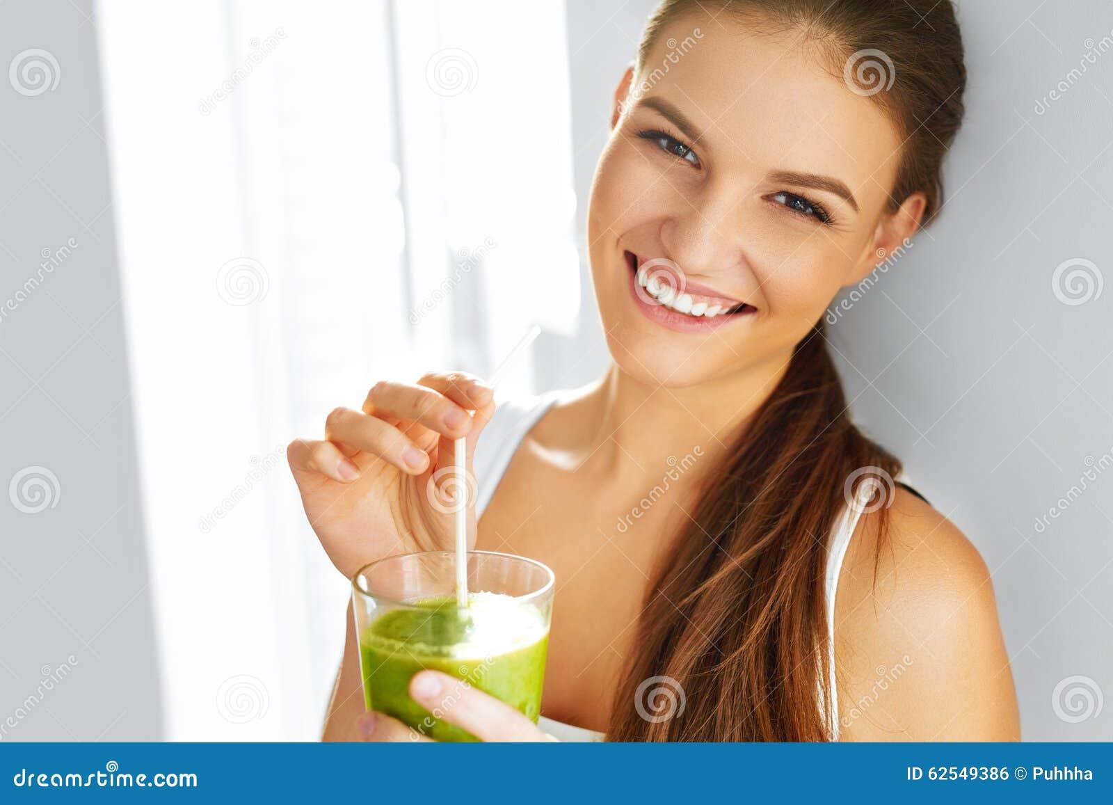 Υγιής κατανάλωση τροφίμων πίνοντας γυναίκα καταφε&rho σιτηρέσιο lifestyle ν